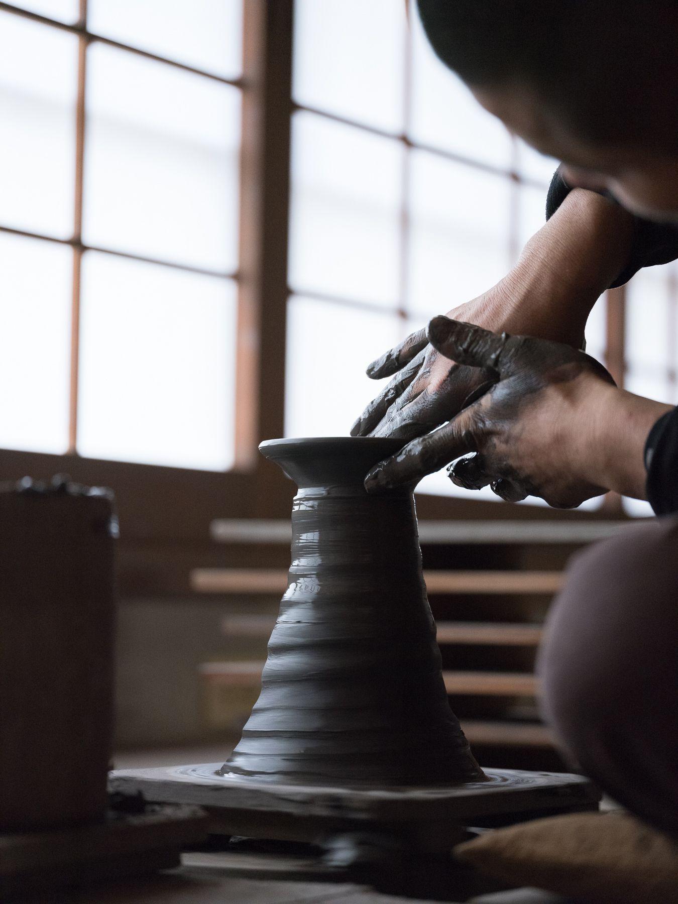 一陽窯、木村肇の水挽き。主に、「ひよせ」と呼ばれる滑らかな田土を用いる。Photography Shinpei Kato