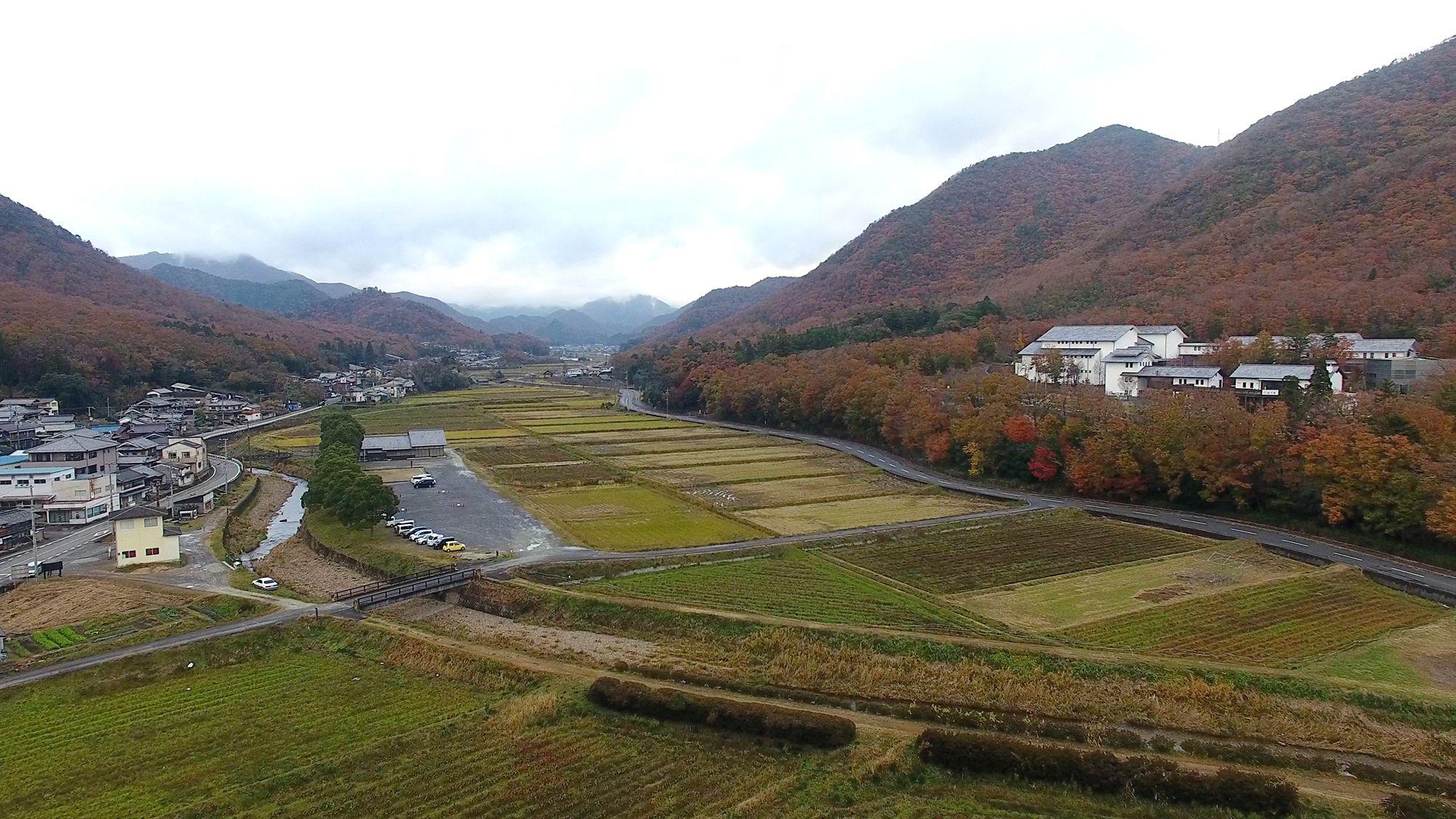 山間の景観が美しい丹波焼の里、兵庫県丹波篠山市立杭地区にある兵庫陶芸美術館(右の建物)