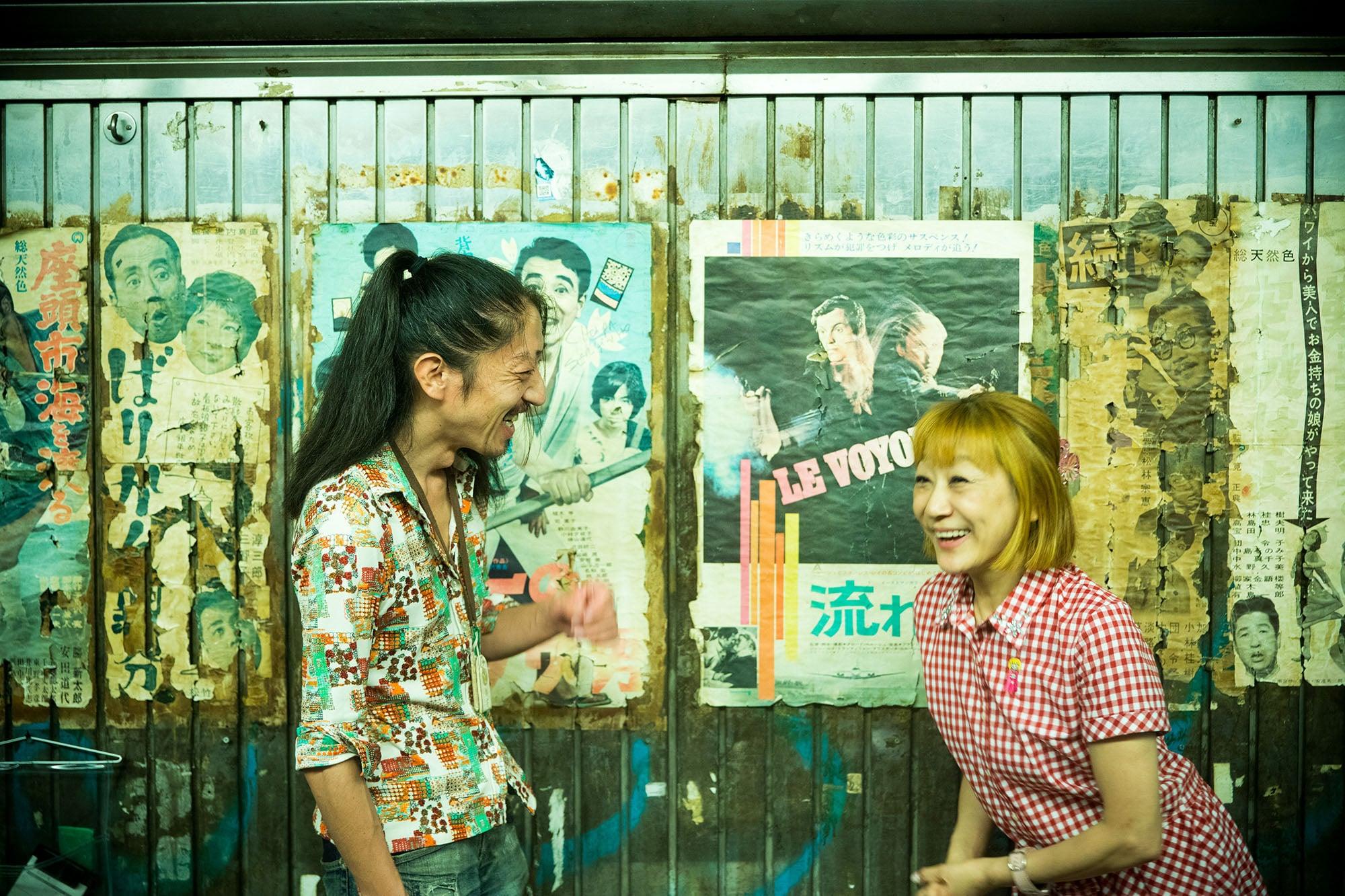 「まんぷく食堂」のオーナー、みっしぇるさんと。現在の有楽町駅ガードは昭和41年(1966年)施工。当時の雰囲気が今も残る。