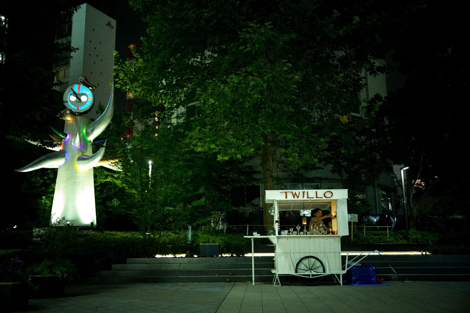 数寄屋橋公園内に建つ岡本太郎の作品「若い時計台」に見守られてバーを開く。