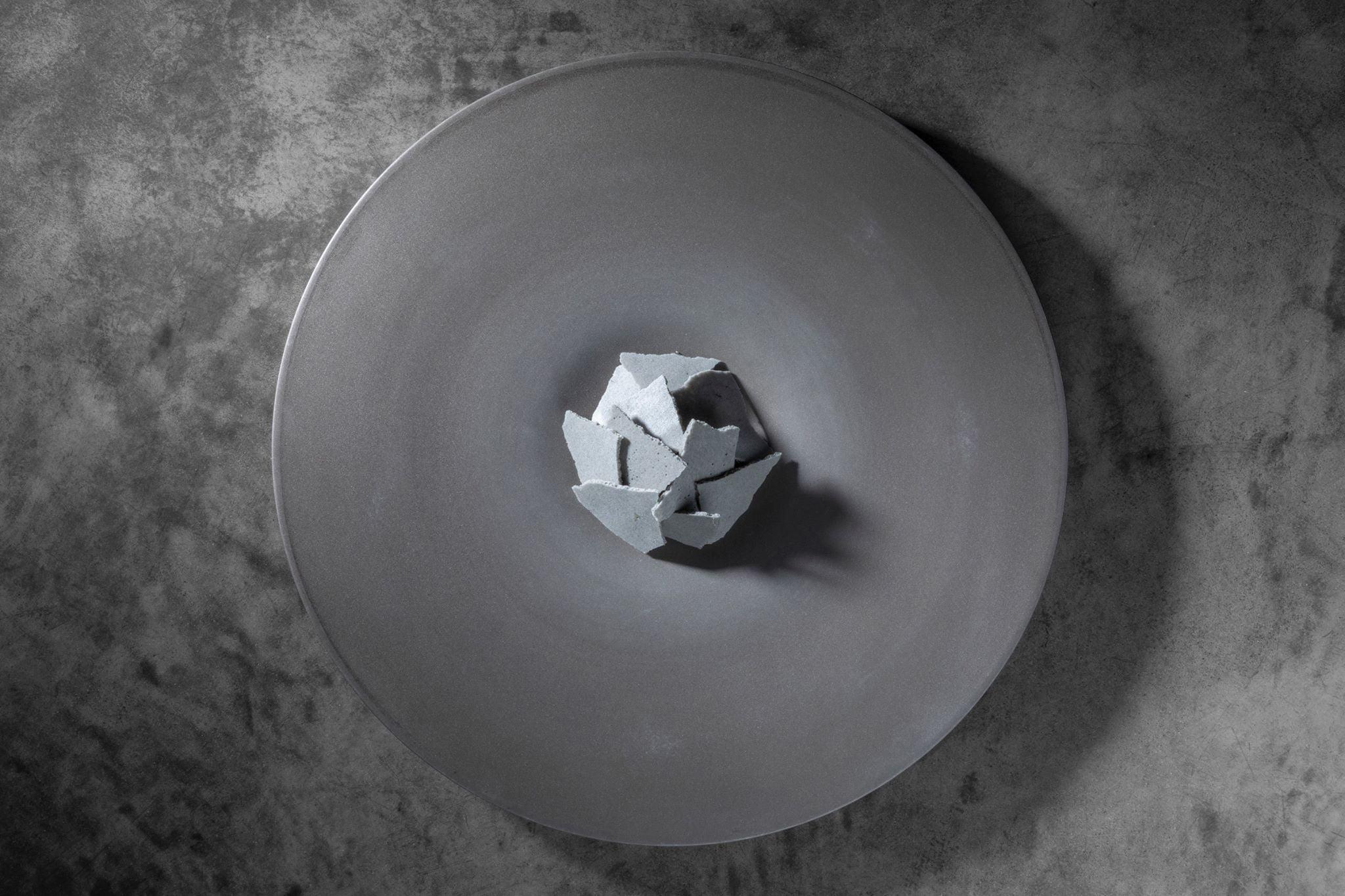 グレーのメレンゲで覆われた「Ode」のスペシャリテ「鰯 尾崎牛 黒ニンニク」。