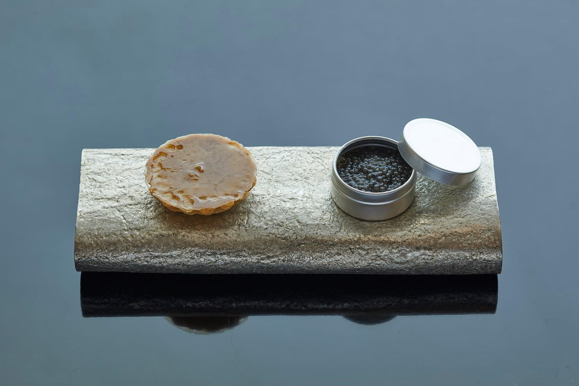 生井シェフ特製のアテは、写真の「フォアグラ/生姜」や「瀬戸内キャビア/茄子」など日本酒の個性に合わせた5種類。