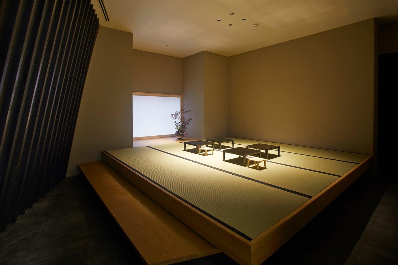 5種類の酒とアテが「長谷川栄雅 六本木」店内の和室で提供される。
