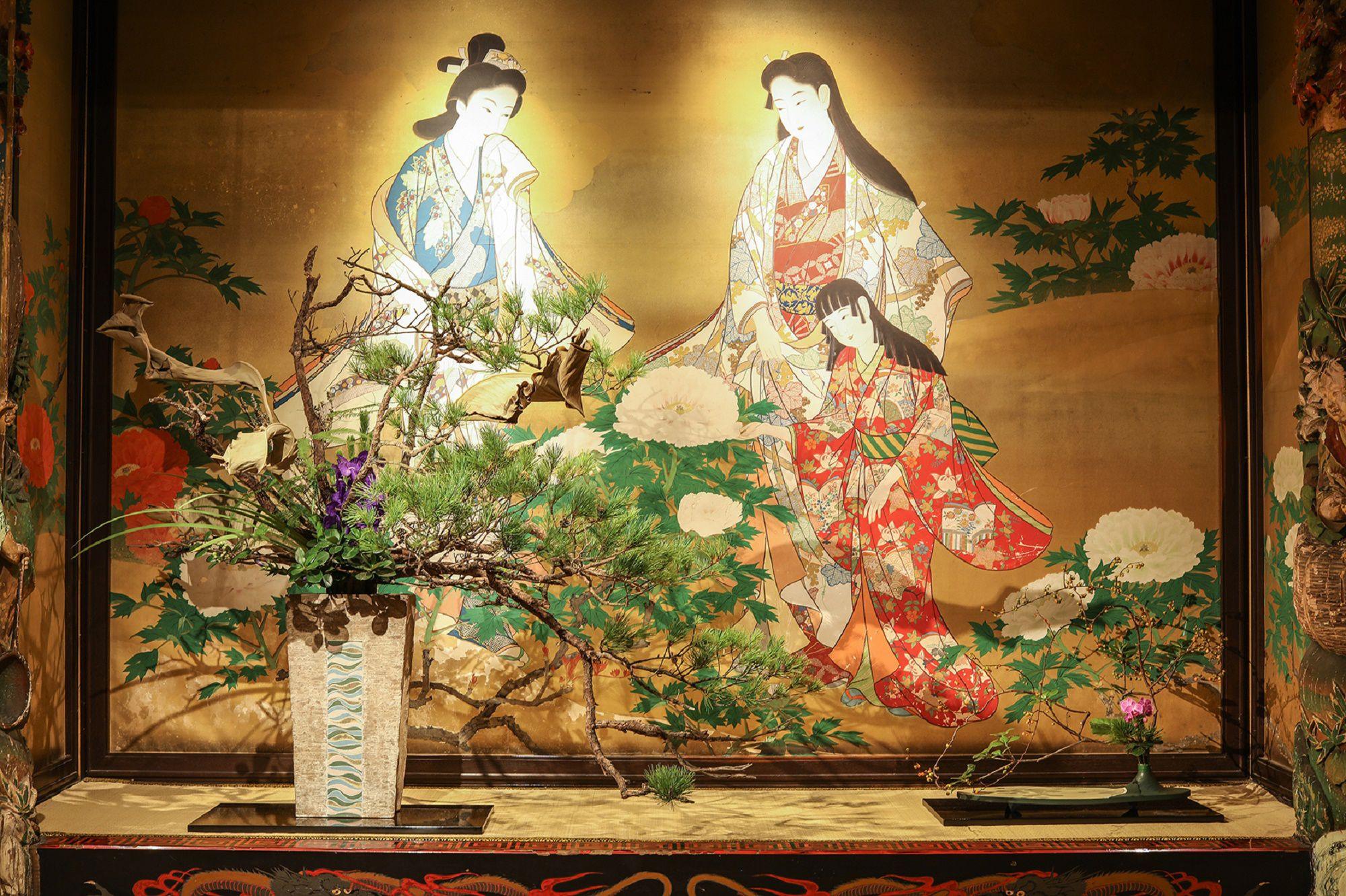極彩色に彩られた漁樵の間では、日本画といけばなのコラボレーションが鑑賞できる。