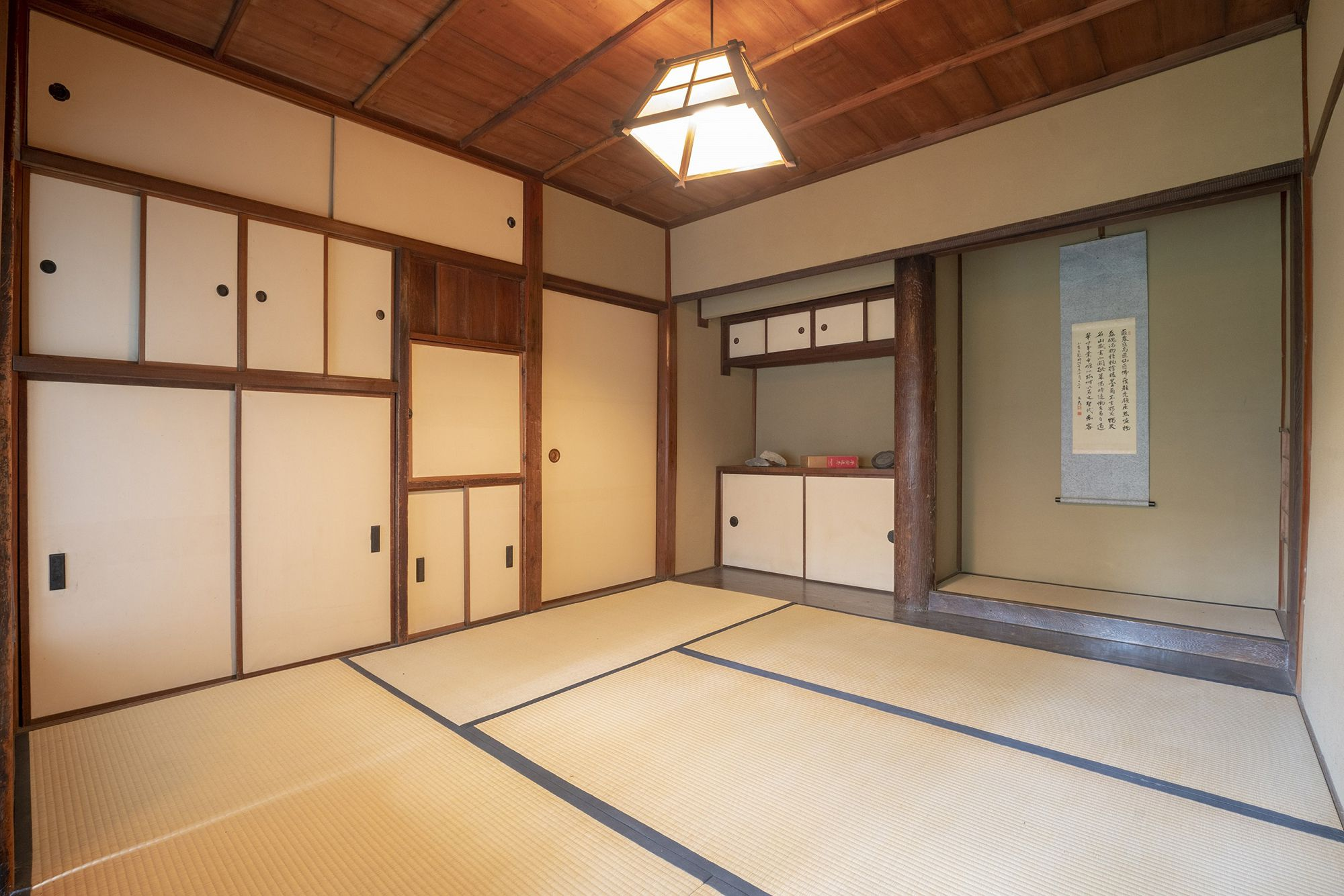 墨型を使った襖の引手や、浄瑠璃寺の古材を使った床柱など文人好みの座敷。