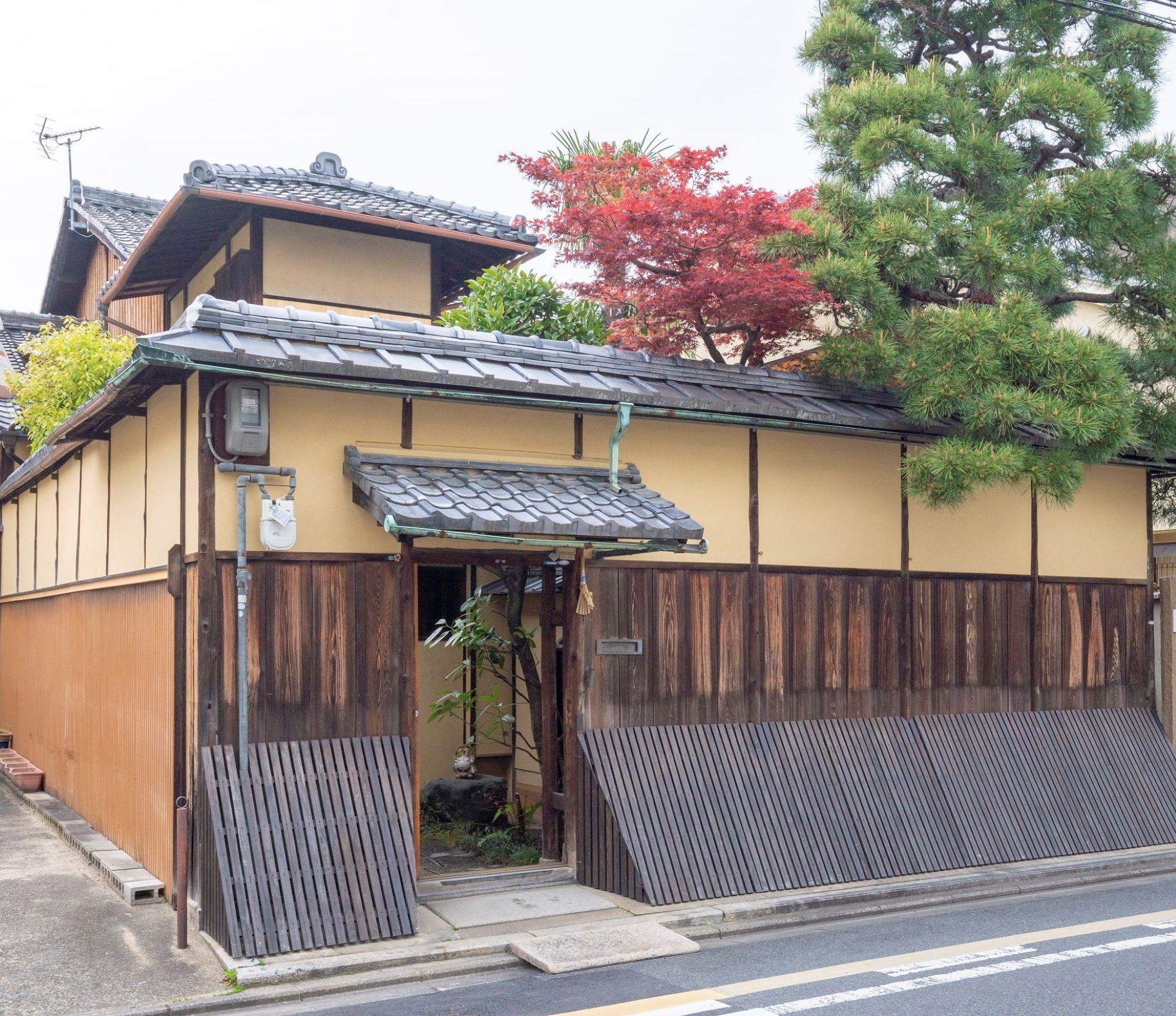 通りに面して高い塀が続く「藤野家住宅」。