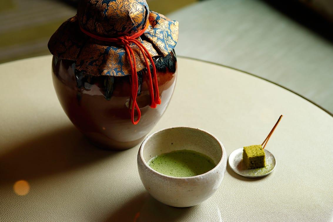 初めに供されるのは、「蔵出し濃茶」と「蔵出し薄茶ケーキ」。