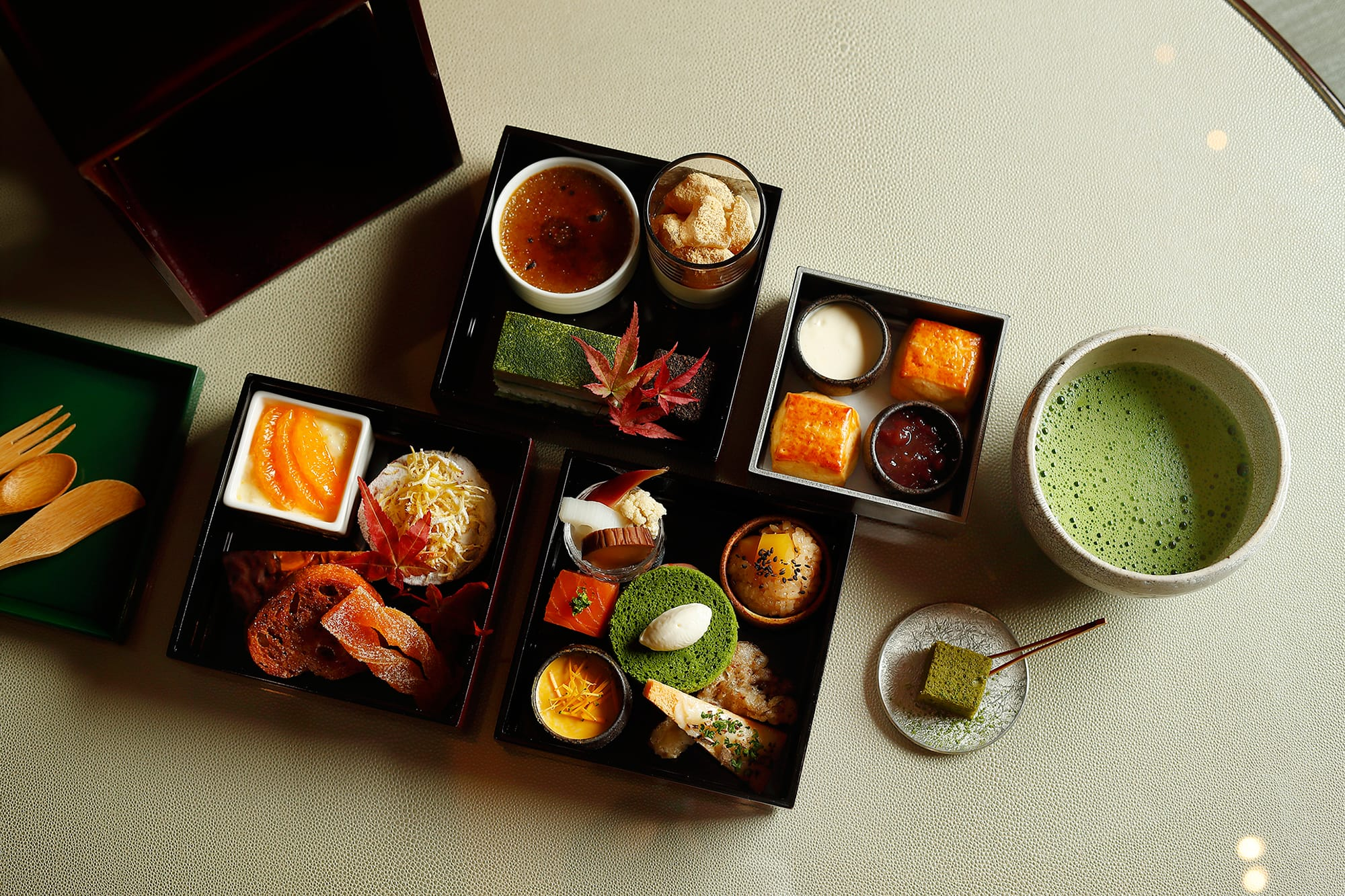 有機茶葉の味わいを堪能する日本茶スイーツ、お茶とのペアリングを楽しむセイボリーが詰まった豪華な三段重。