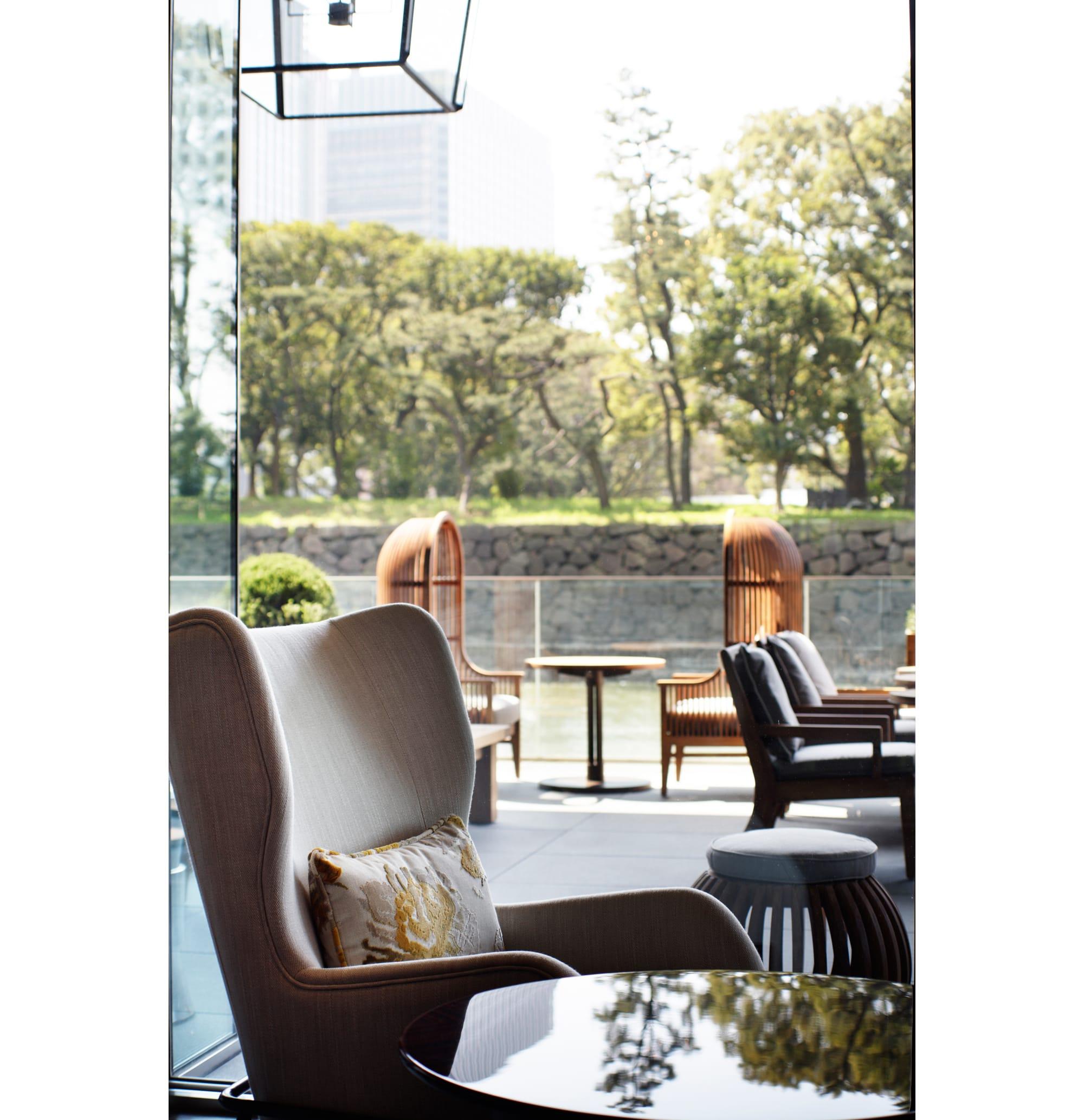 「ザ パレス ラウンジ」は、自宅のリビングのようにくつろげる空間。窓の外にはお濠の水と緑が眺められる。