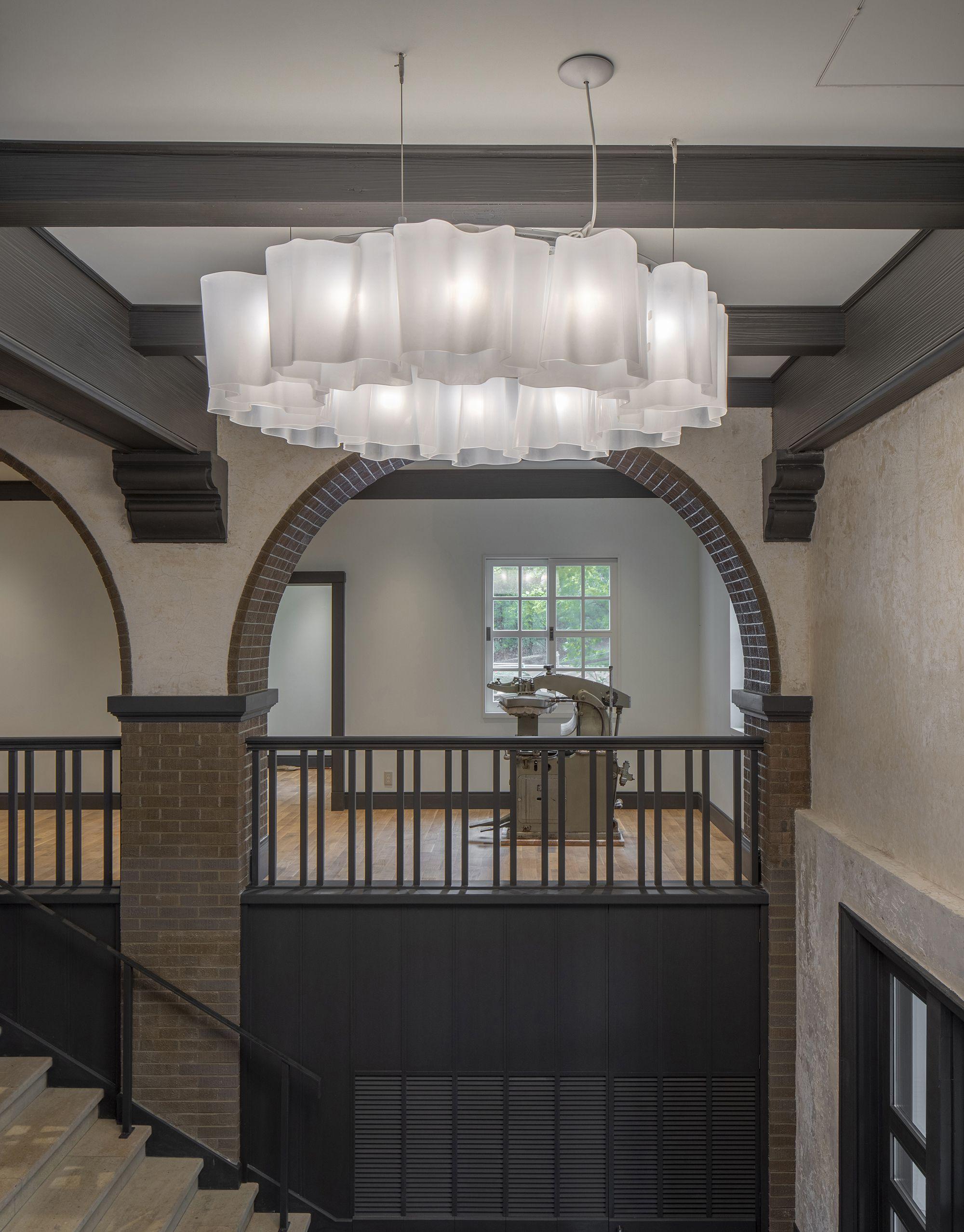 旧館エントランス、柔らかな曲線のフォルムとつや消しのクラフトガラスが印象的な照明「ロジコ」は、イタリアを代表する照明メーカーのアルテミデ社とミケーレ・デ・ルッキの コラボレーションによって生まれた名作。©️Rokkosan silence resort