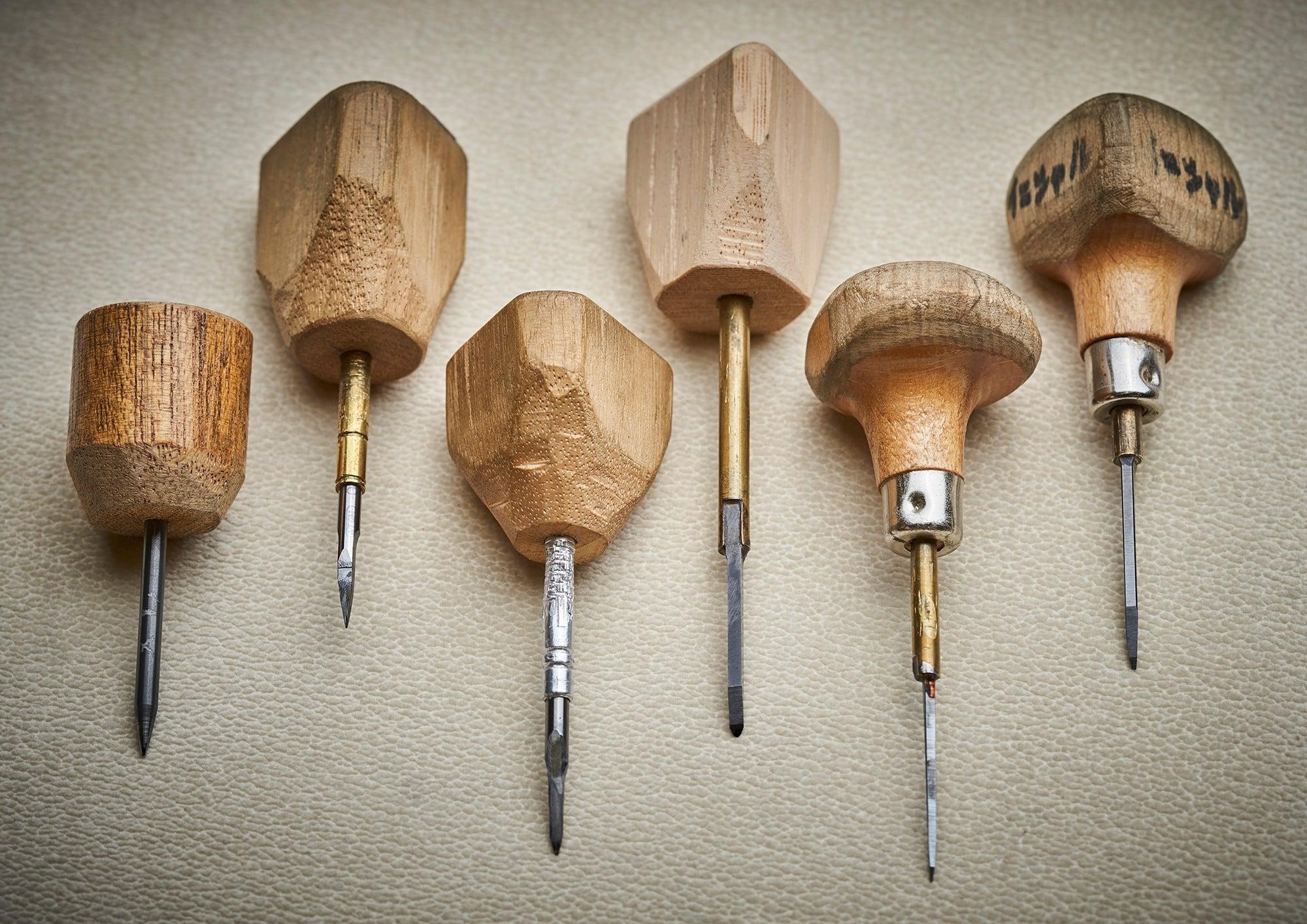 45周年纪念款怀表上的雕金工艺,是通过6把以上被称为车刀的雕刻刀完成的。这些工具的手把和刀刃各有不同,是照井根据作品的需要自己制作完成的。