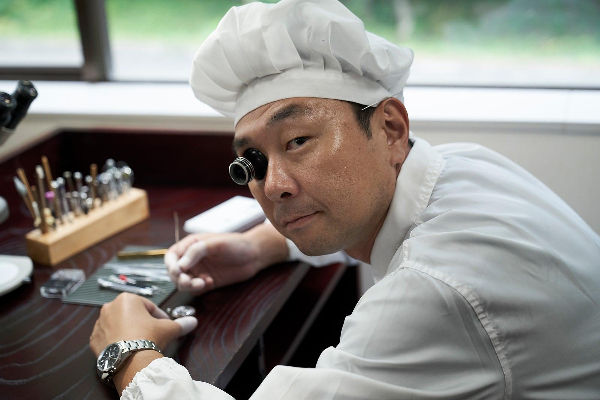 1991年に入社後、すぐ頭角を現した伊藤勉。2000年には雫石高級時計工房の前身である高級品製造職場へ移動して「グランドセイコー」を担当。ひげぜんまいの調整からはじまり、9Sムーブメント全体の組み立て・調整などを手掛ける。機械式時計の技能認定として最難関である「IWマイスター」に合格後は、グランドセイコー機械式時計の組み立て・調整師として、第一線で手腕を発揮している。