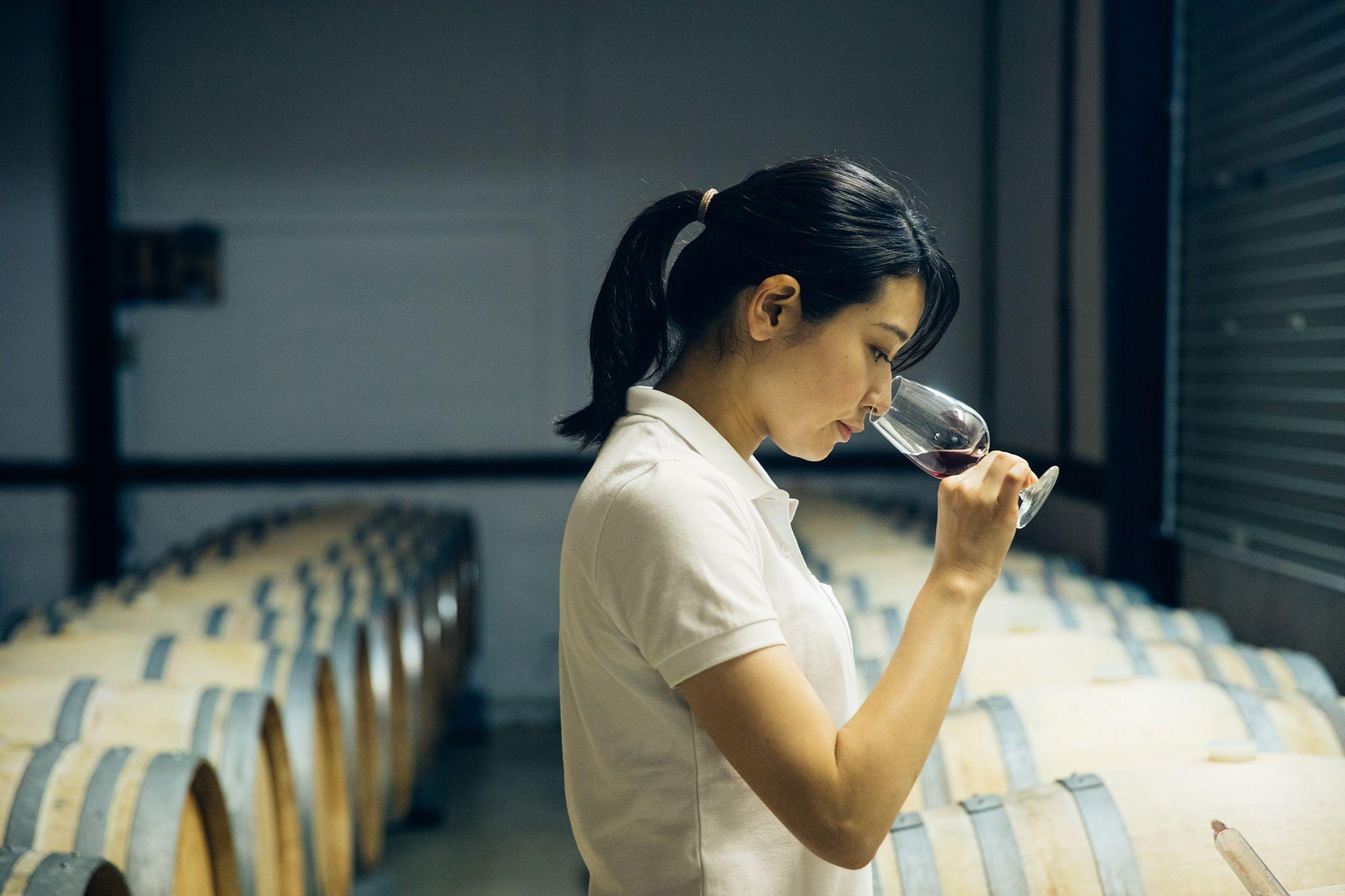 熟成中のワインを定期的にチェックする彩奈。ブドウもワインもつねに観察することが大事と、ボルドー大学の故ドゥニ・デュブルデュー教授から教えられた。