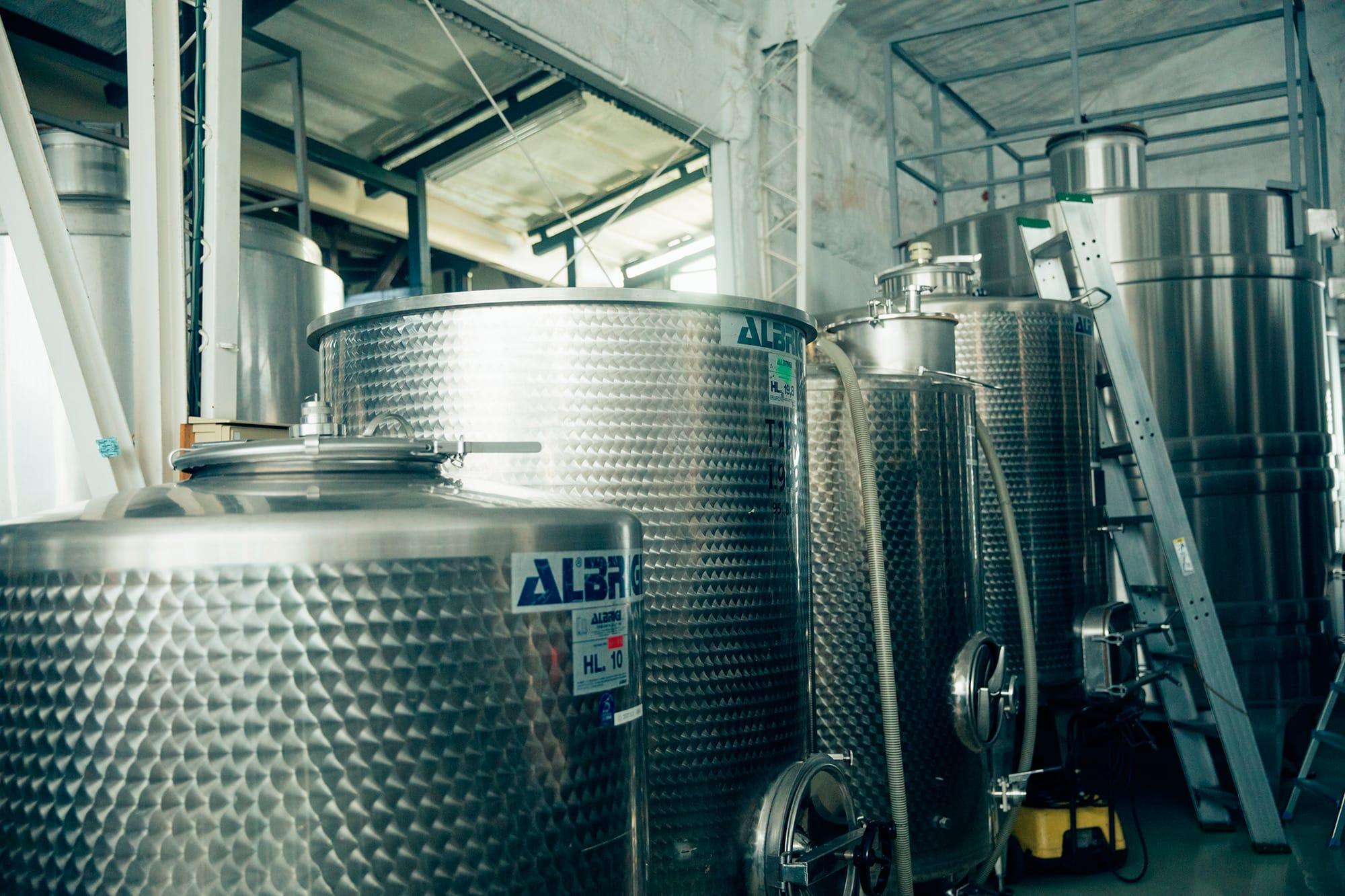 勝沼の醸造施設で使用しているステンレス製の発酵タンク。清潔な環境はピュアな風味のワインを造るうえで欠かせない要素。ボルドーの恩師であるドゥニ・デュブルデュー教授は、甲州の果汁を酸化させないよう厳命したという。