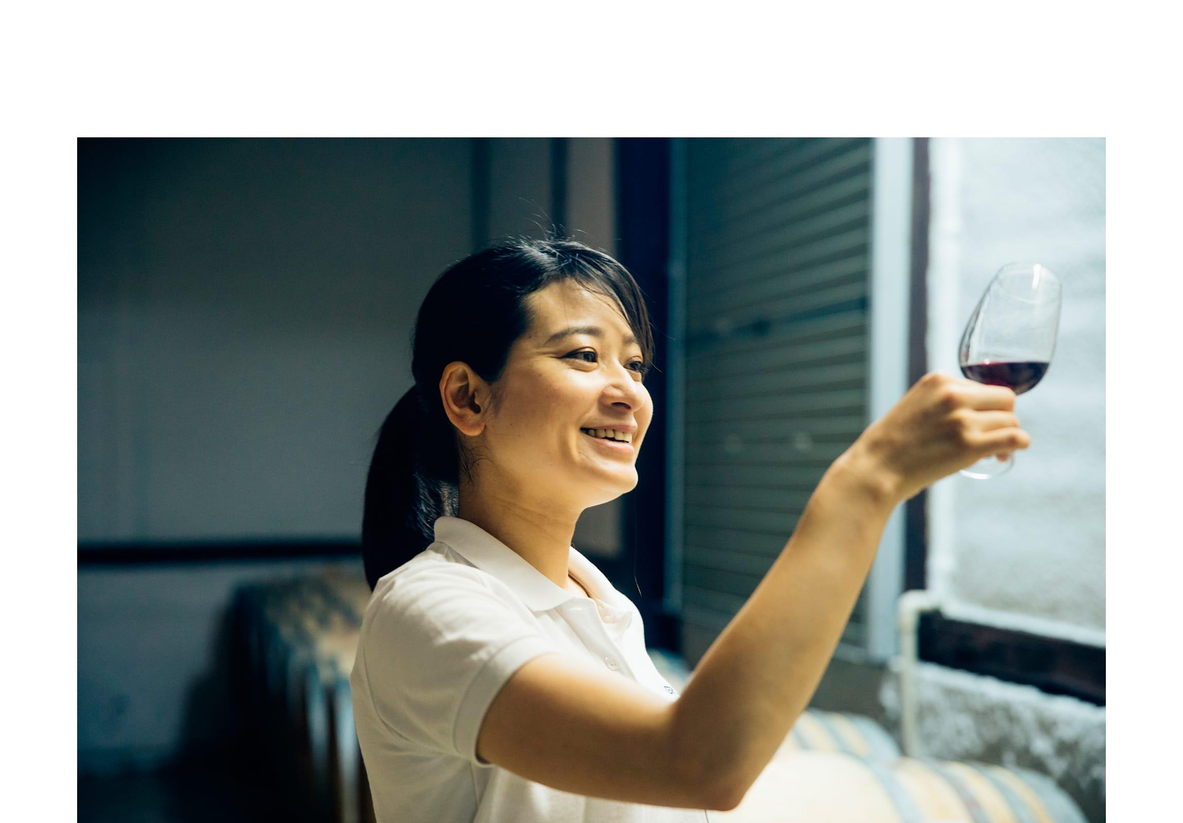 セラーで樽から抽出したワインを確認する。鮮やかなルビー色のワインは「Yamanashi de Grace」