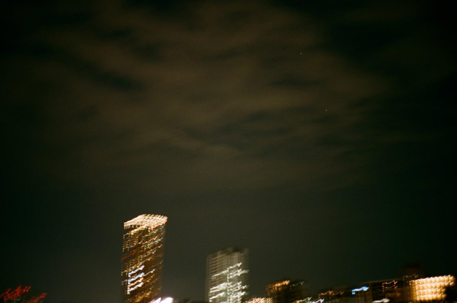 満月よりも明るい光が地上に瞬く東京で十五夜を探す