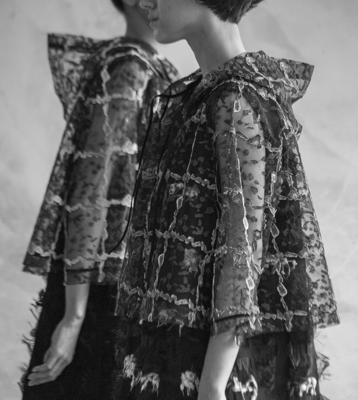 2018年秋冬コレクションより。 チュール生地には、カラフルなプリズムを思わせるかんらん石と繊細な刺繍を施して立体的な質感を演出。