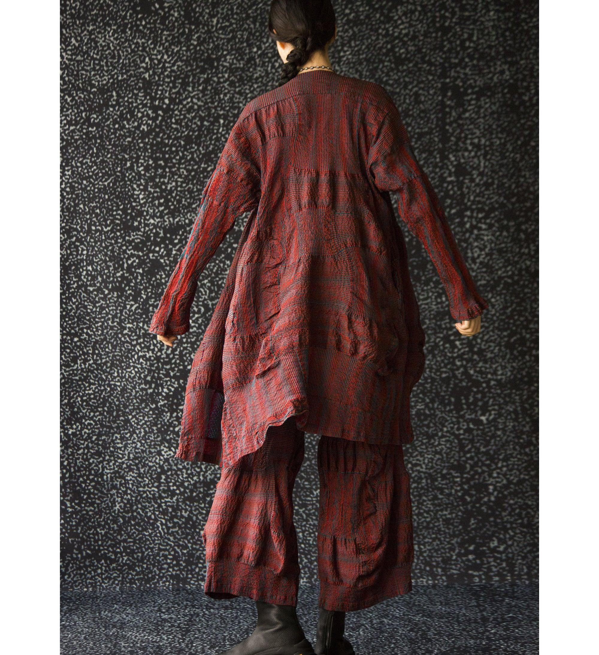 2019年秋冬コレクション。緯糸に強撚糸を使うことで、立体的な畝をつくり出すジャガード織りを施した3Dパッチワーク。