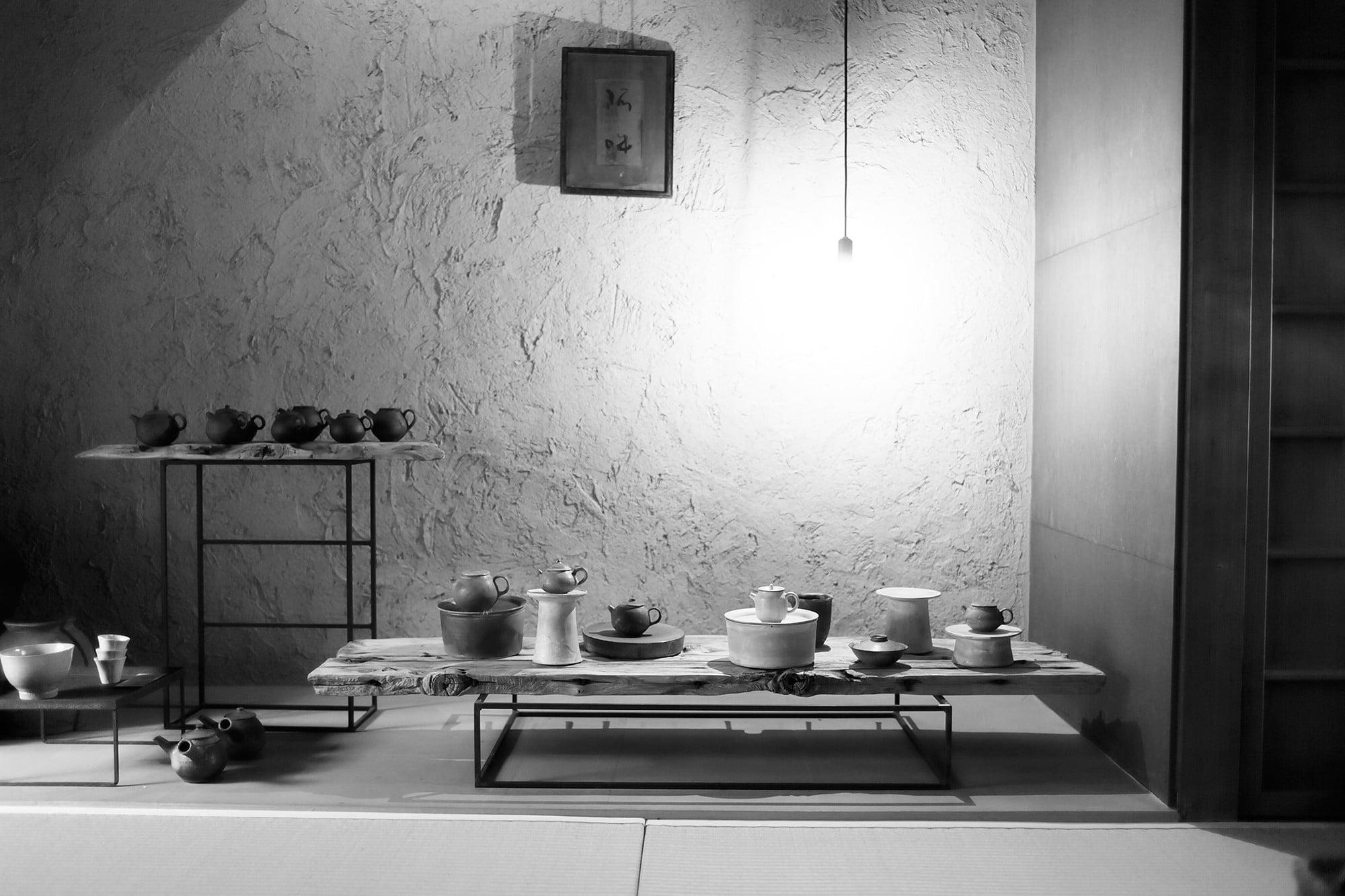 京都小慢1階の茶道具が並ぶ空間。中国茶にまつわる企画展には、作家が特別に作る茶器などここでしか見られないものも多く出展され、評判を呼んでいる。