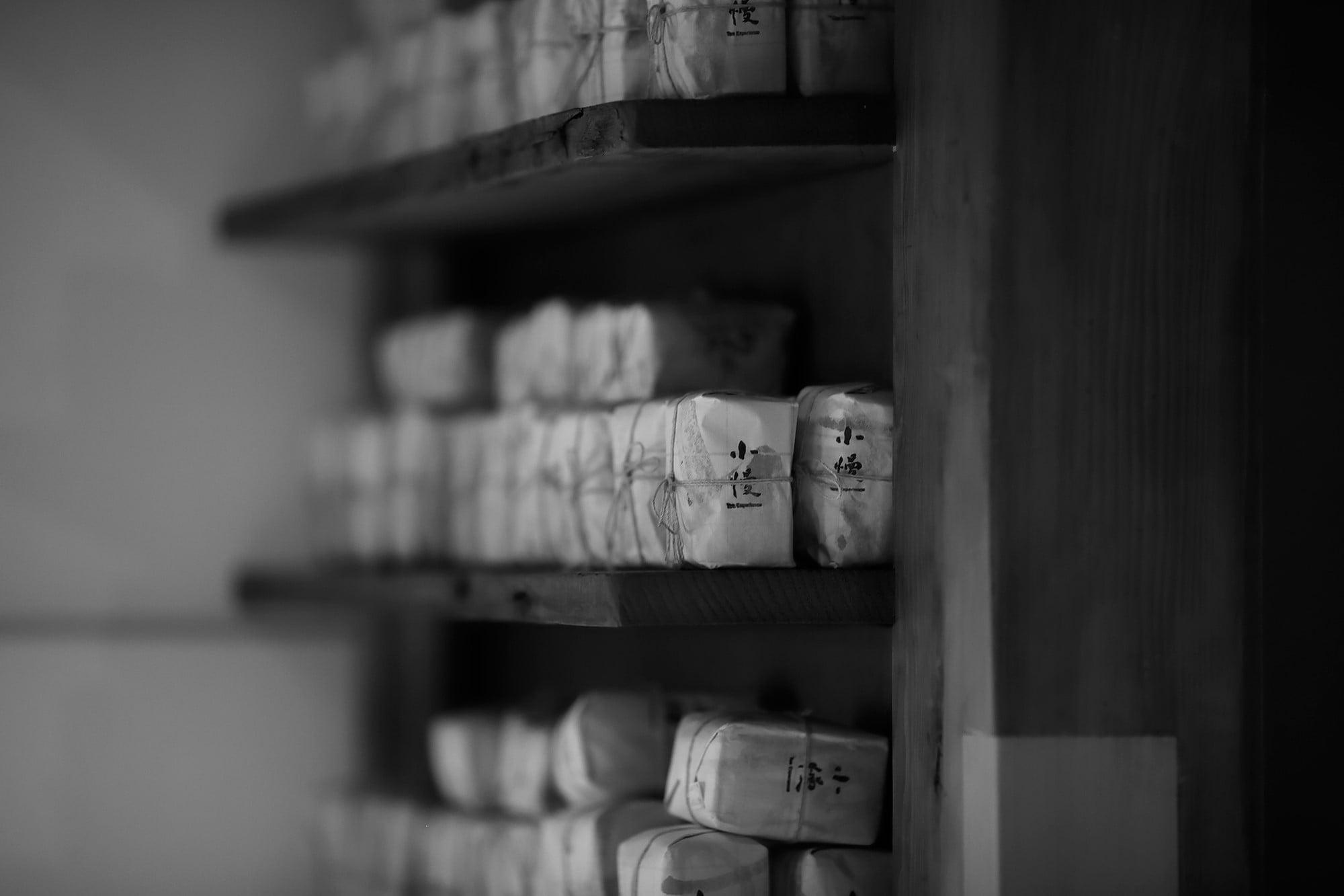 京都小慢1階には台北で購入できるのと同じ茶葉が並ぶ。「日本では自然栽培の野放茶に興味を持つ人が多いですね」。