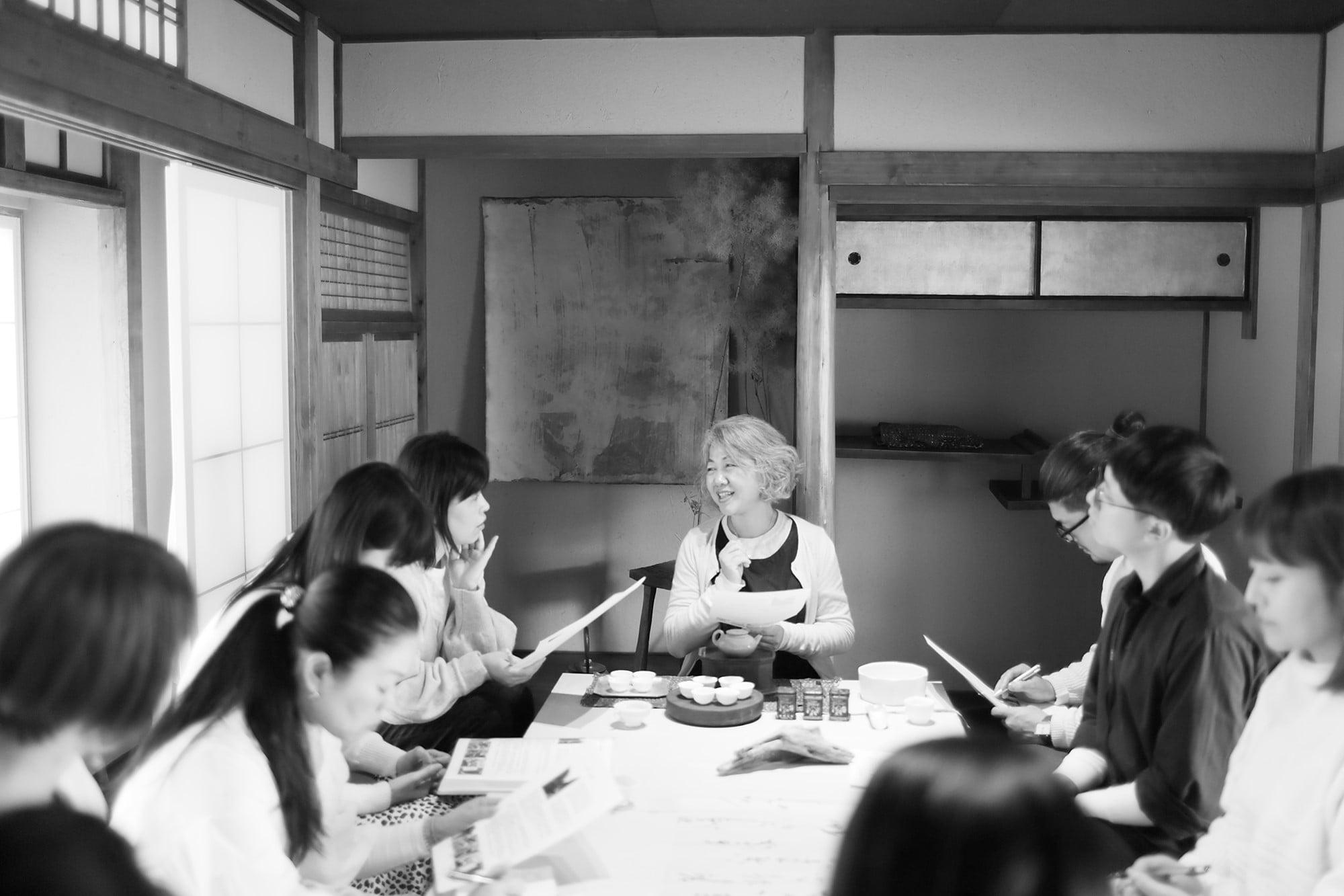 京都小慢で開催されているお茶の教室の様子。小曼の話を聞きたいと遠方から通ってくる人もいる。