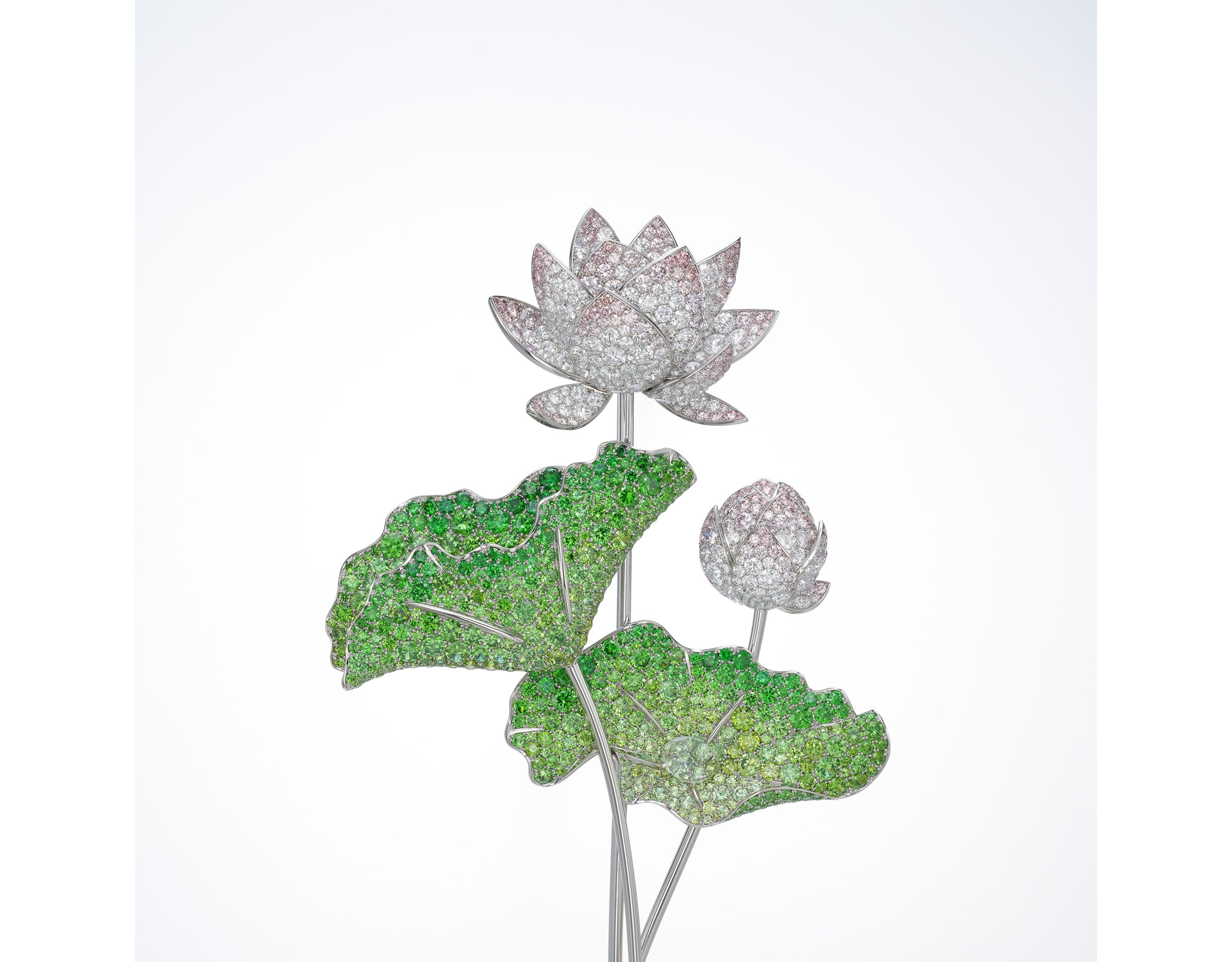 密镶胸针《莲》,展现了Gimel的精髓。以Gimel标志性的大自然为主题,将西方珠宝装饰的密镶技法和东方气质完美地结合在一起。胸针。Pt950铂金、18K黄金、粉钻、无色透明钻、翠榴石、蓝宝石、尖晶石、绿柱石。非卖品