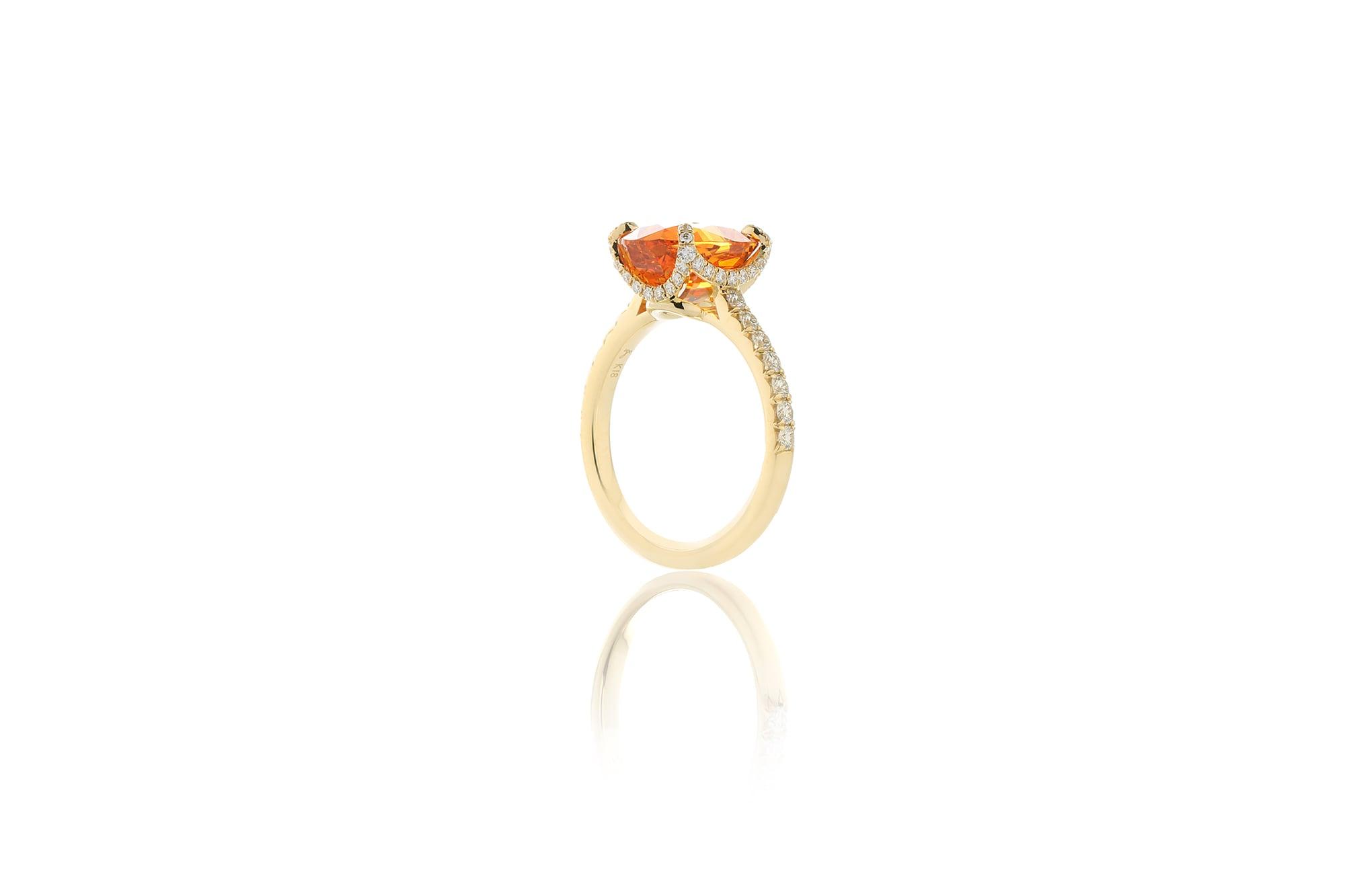 ダイヤモンドが連なるアームから爪までの流れが美しいリング。