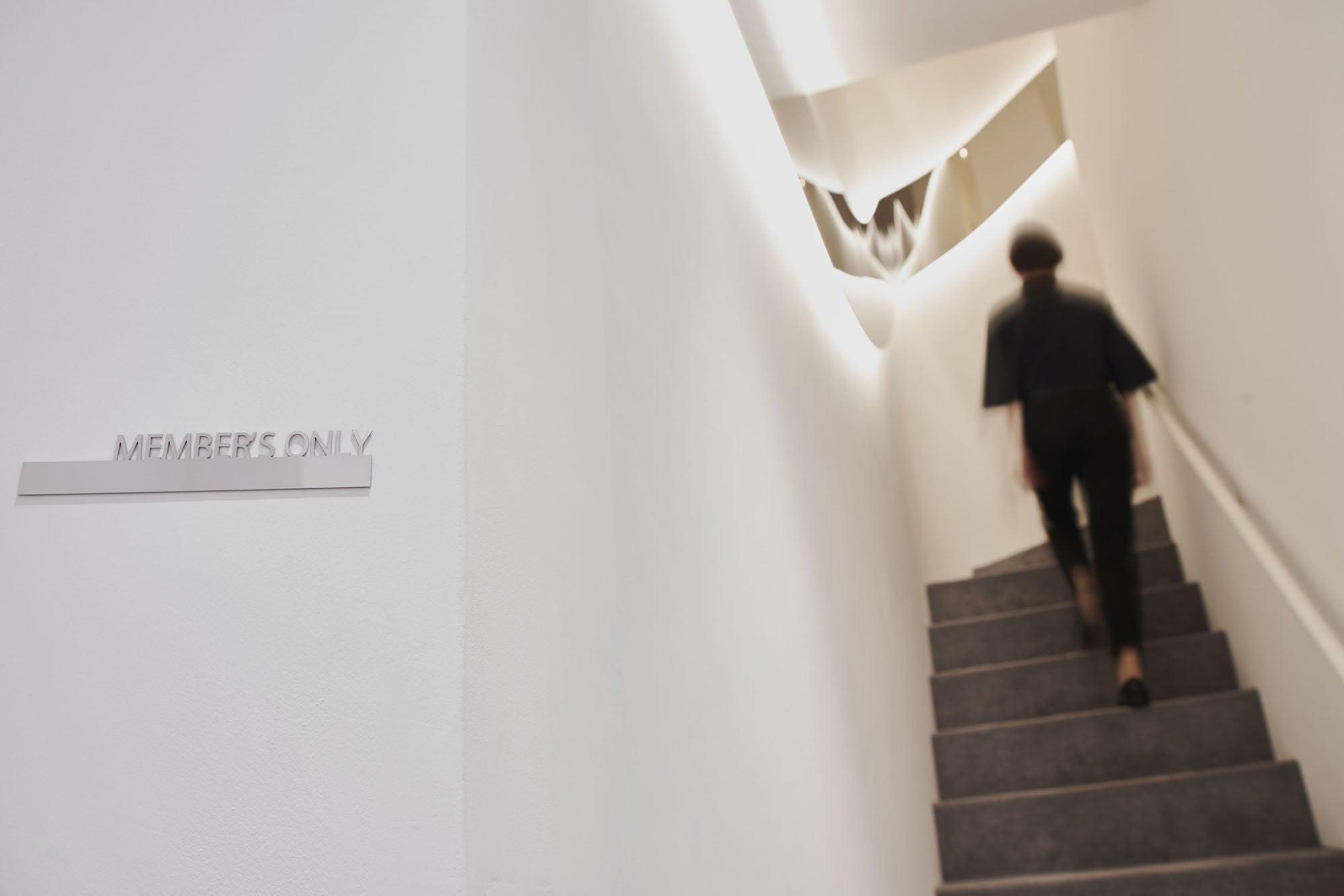 特別に招待される2階へ。期待感が高まるひととき。