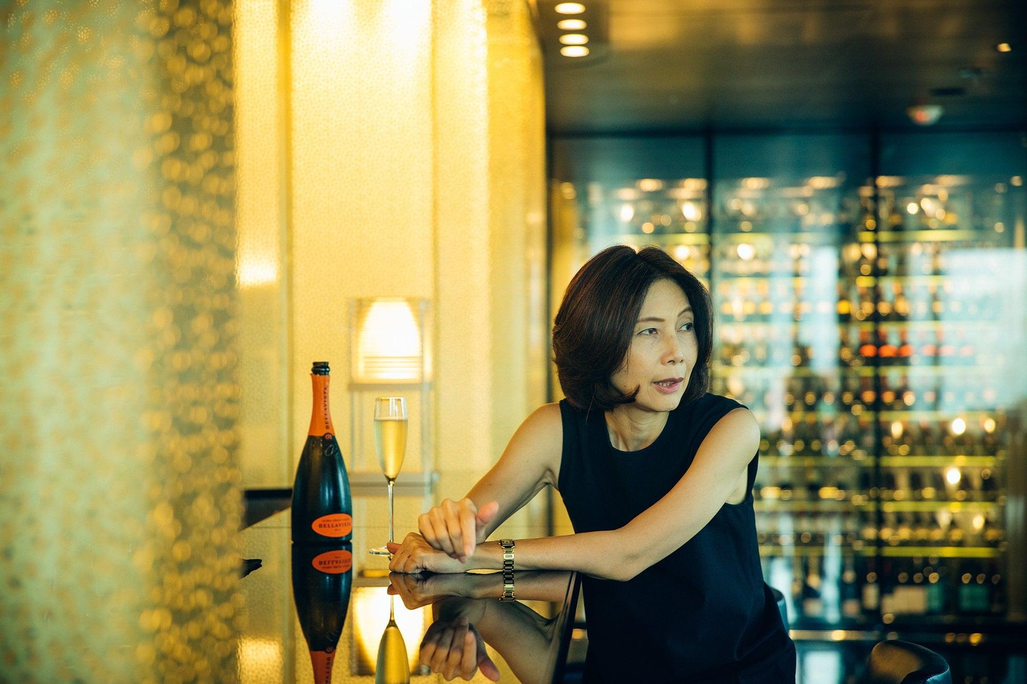 「アルマーニ/リステトランテ」のワインラウンジのカウンターで、イタリアのスパークリングワイン、フランチャコルタから始まる夕べの楽しみ方を教えてくれる金子さん。