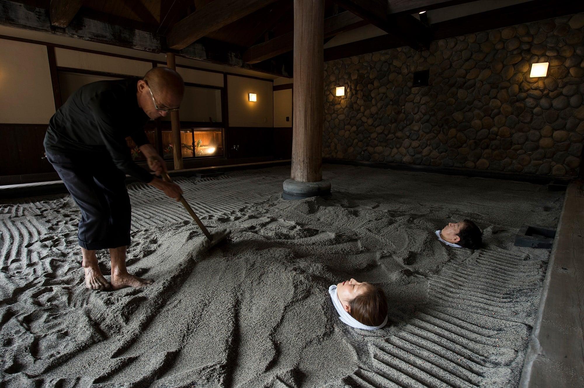 遠赤外線などの特殊効果を持つ砂を温泉の蒸気で温め、新陳代謝を促す天然砂むし温泉。