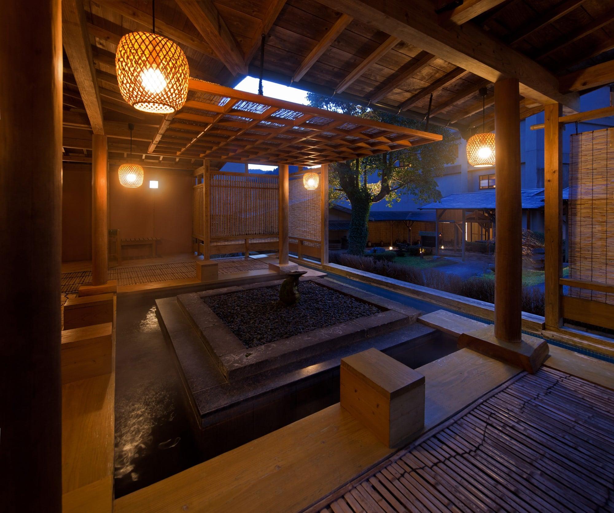 湯処「SHIORI/しおり」は、寝湯や箱蒸し風呂、檜風呂など男女合わせて15種類が楽しめる