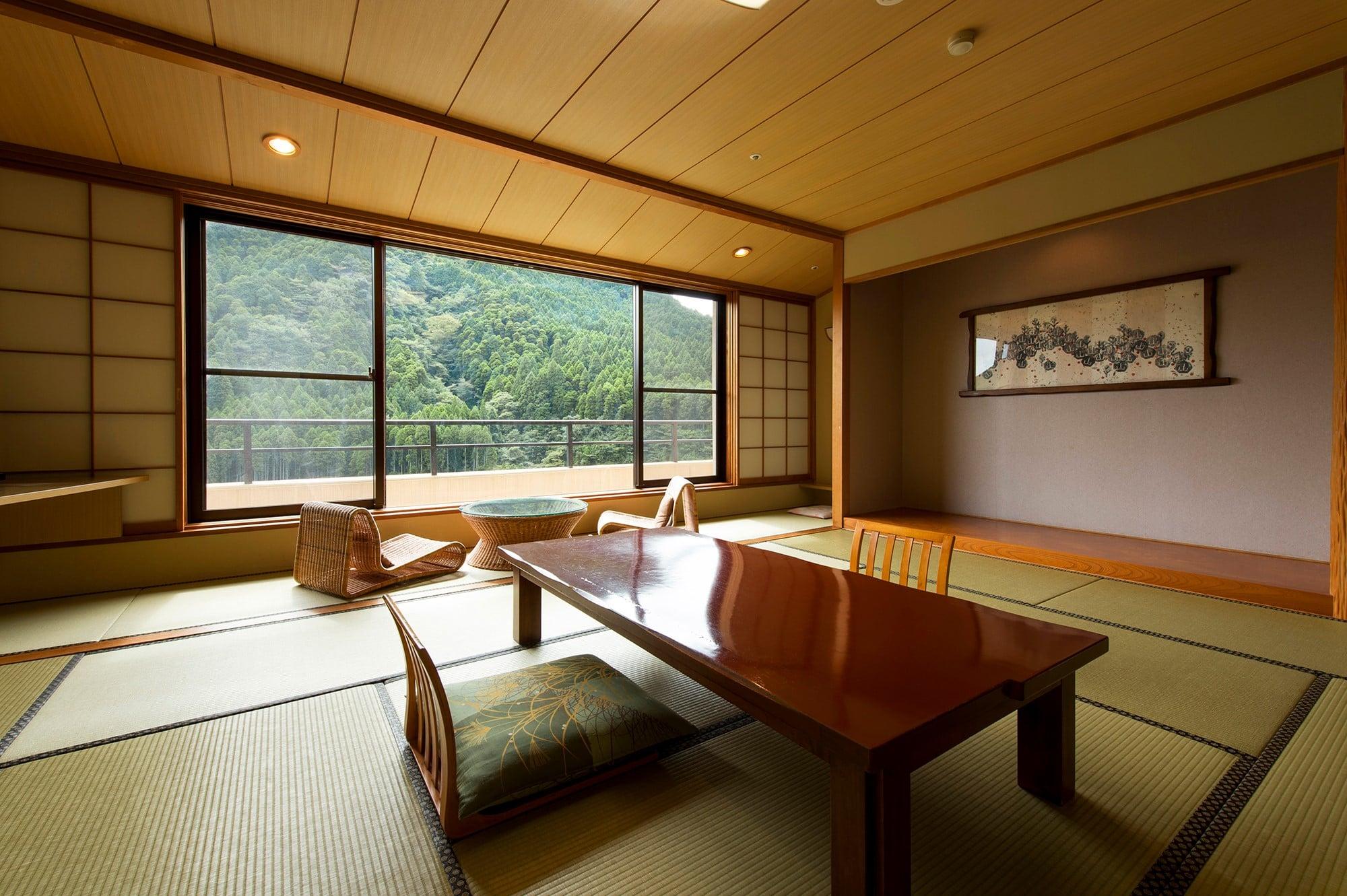 スタンダードな12畳の和室のほか、半露天風呂付きの離れなど、多彩な客室。