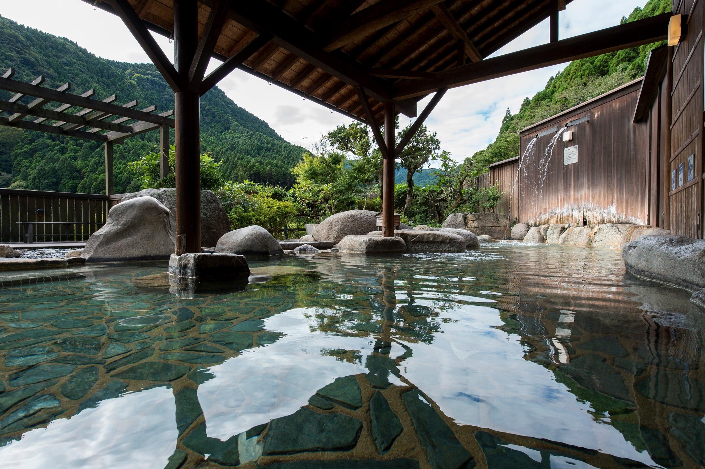 泉温38℃のぬる湯で知られる古湯温泉。自然の中でゆったりとつかる湯処「SHIORI/しおり」