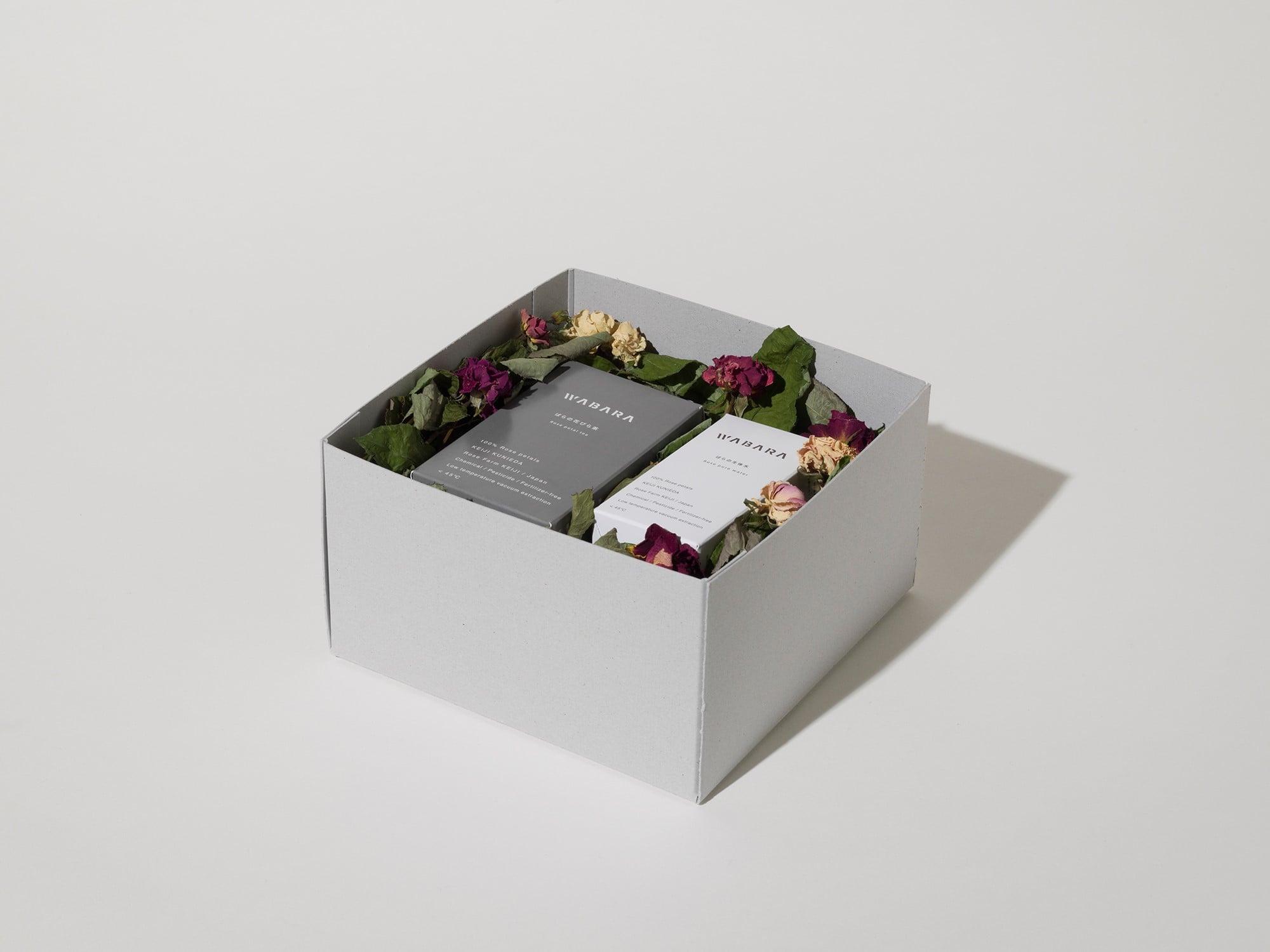 「ばらの生体水」、「ばらの花びら茶」の2種類をセットにしたギフトも。© Gottingham
