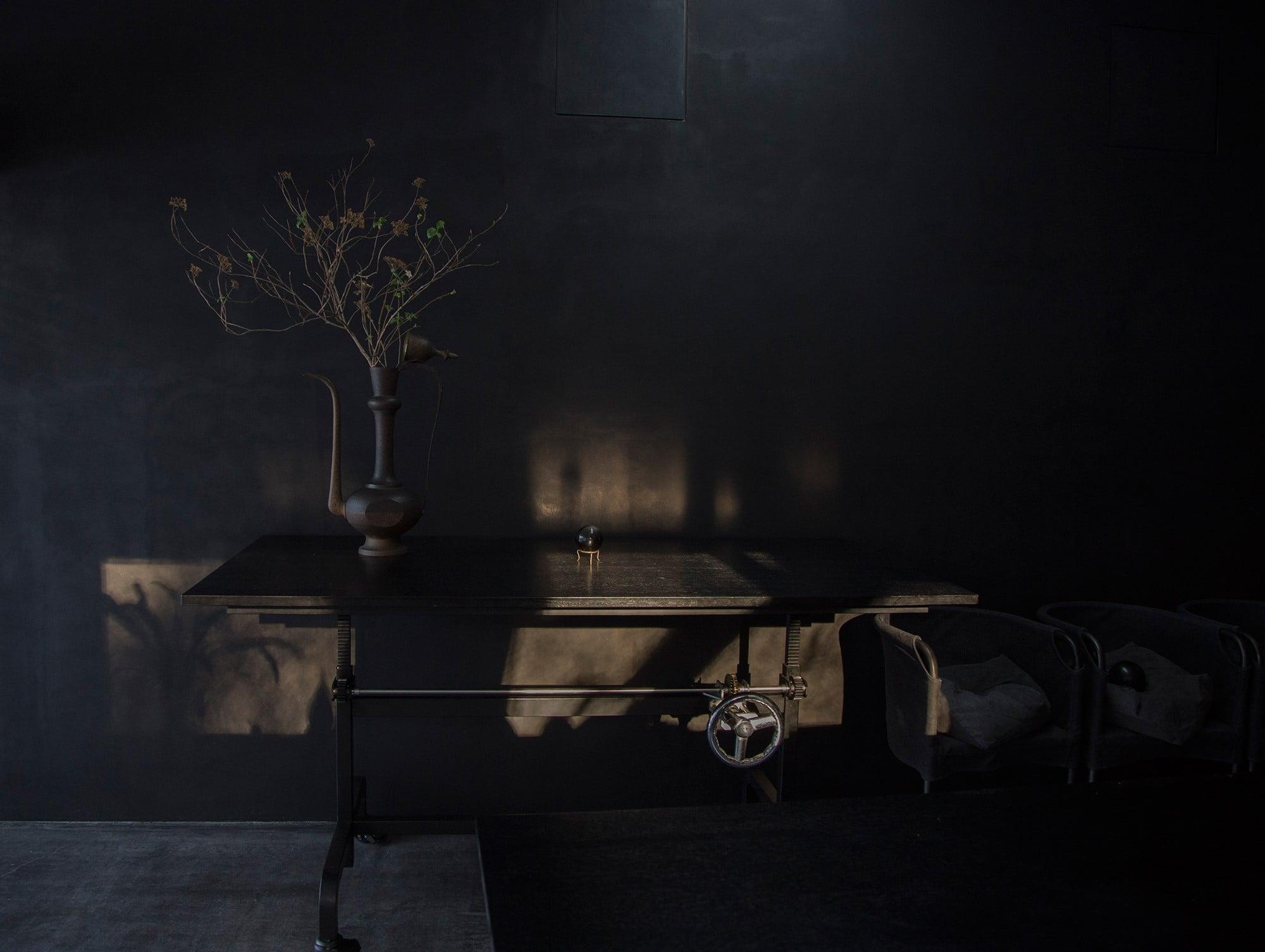 壁に光が差し込み、墨黒の壁に陰影が生まれる。