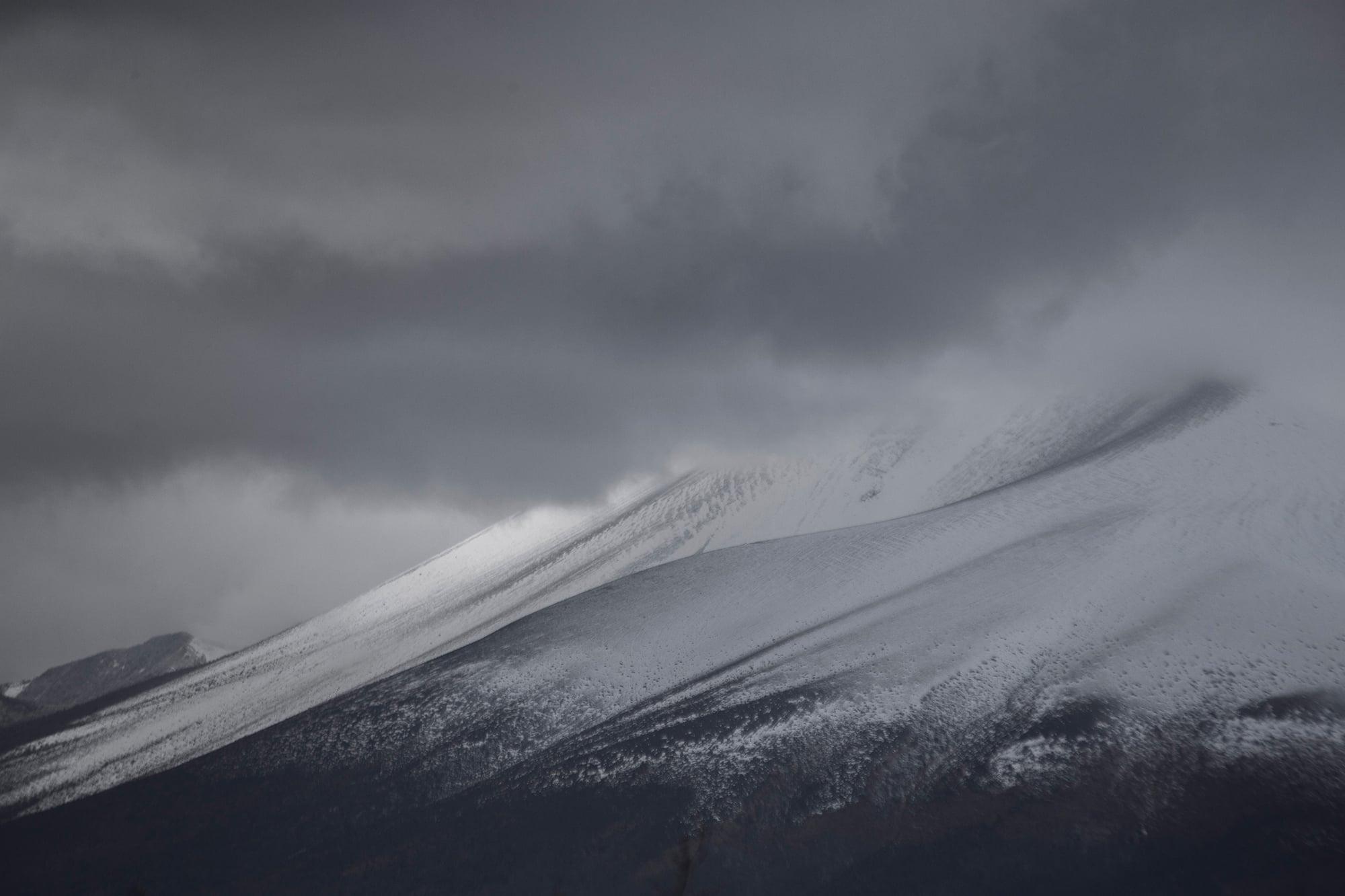 浅間山山頂に雪が積もるころ、軽井沢にも厳しい冬が訪れる。