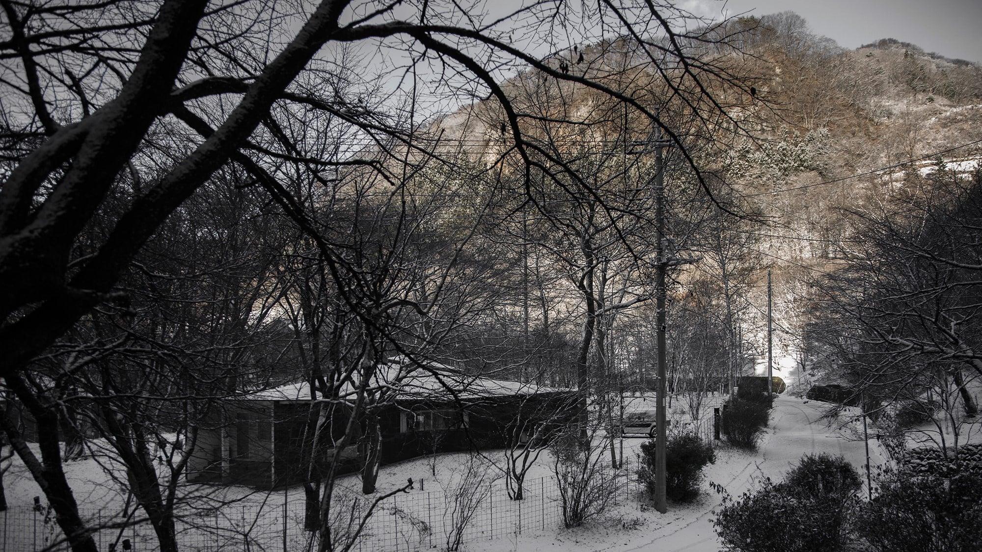 周辺を雪に覆われた自邸の全景。人が少なくて静かな冬の軽井沢が好きだ。