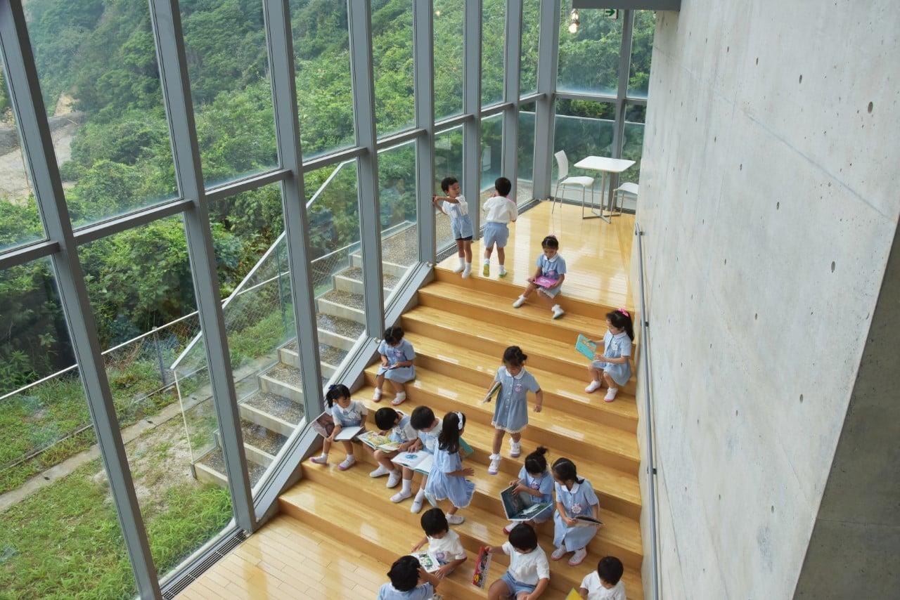 安藤が手がけた、福島県のいわき市の絵本美術館「まどのそとのそのまたむこう」。集中している子、友達と一緒にのぞき込む子、声を出して読む子。どの子も自由な好奇心で、絵本に触れる。この無邪気さが失われないようにと願う。私設美術館のため非公開。