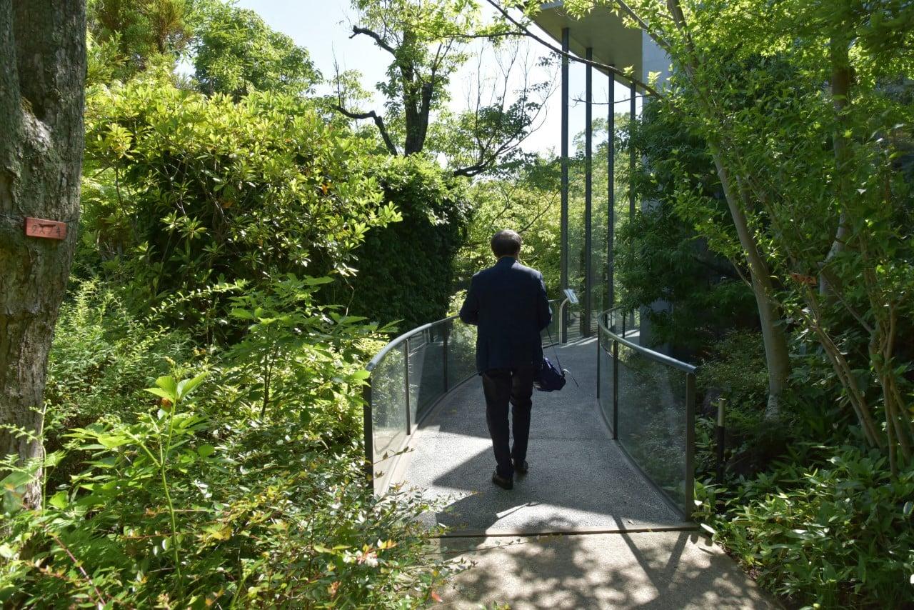 司馬遼太郎記念館の庭を歩く安藤。緑豊かなランドスケープが特徴だ。