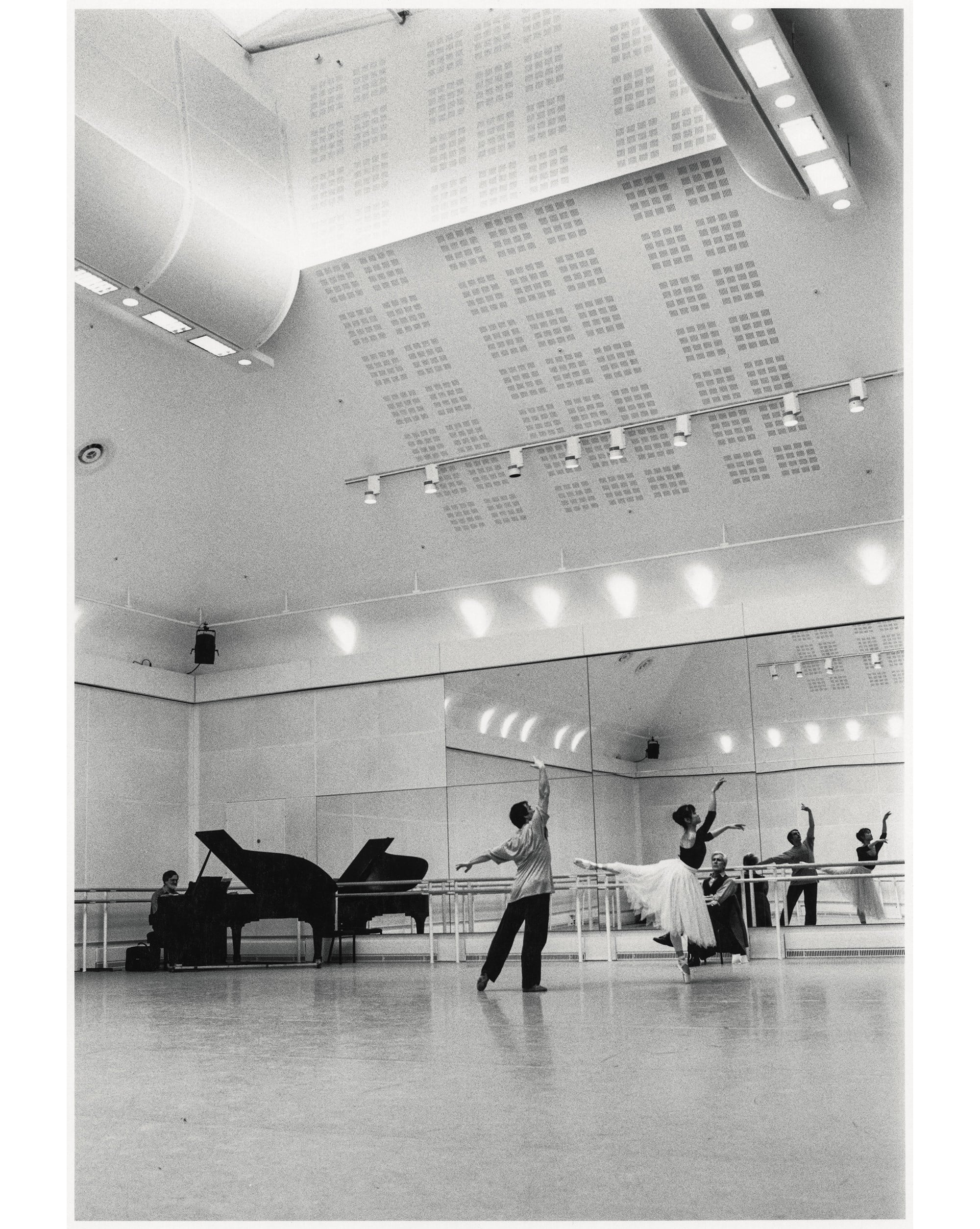 英国皇家芭蕾舞团时期在Ashton Studio与经典搭档Irek Mukhamedov一起练习的场景。出自《吉田都——永远的首席》(河出书房新社)。 Photography by ©Yuko Miyazawa