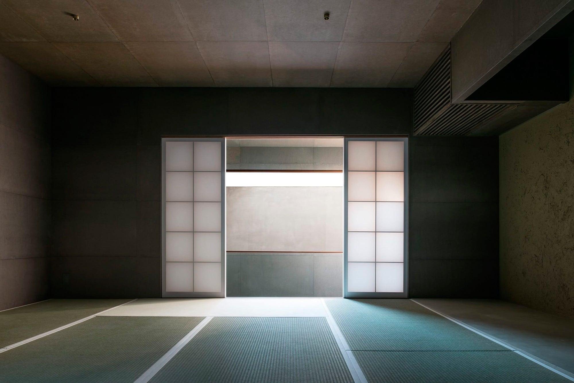 ハタノが施工を手掛けた京都小慢の店内。和紙から注ぐ光が美しい。 Phography by Junichi Usui