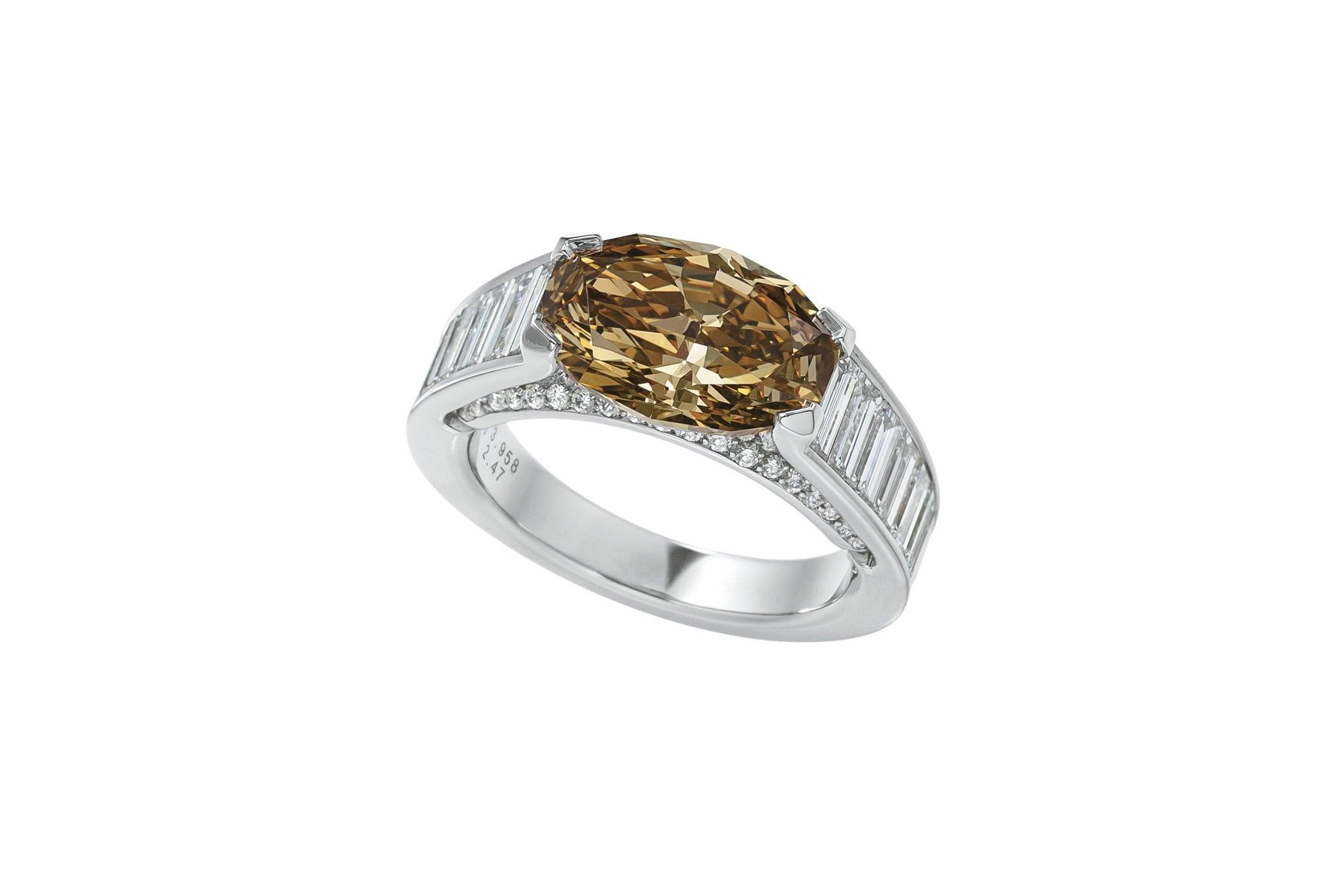 センターストーンには珍しいオクタゴンオーバルダイヤモンド、二段のアーチにはテーパーダ イヤモンドとパヴェセッティングという、贅沢なリング。