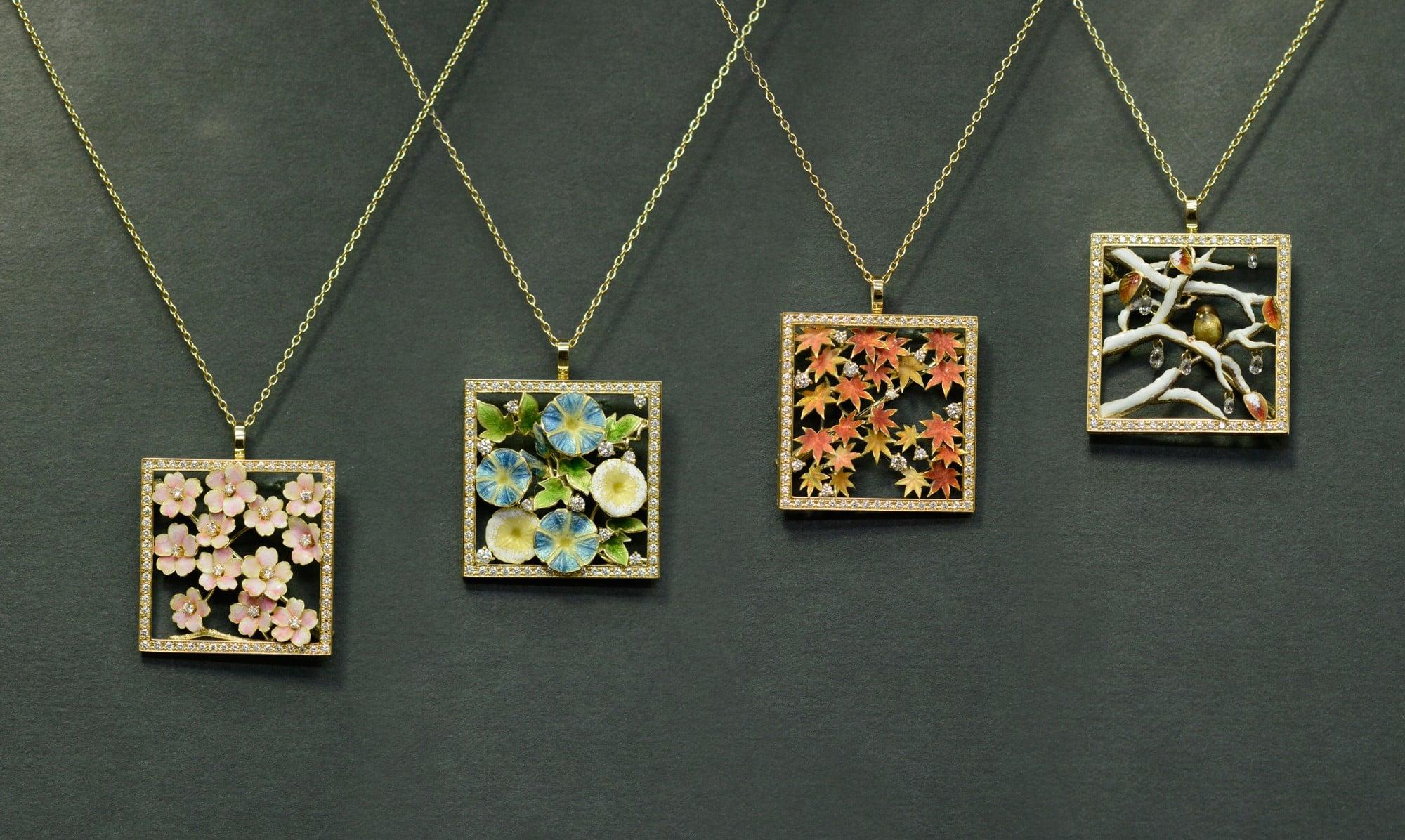 縦約2.7㎝のフレームの中に春夏秋冬の四季の彩りをエナメルを用いて描写している。「フレーム」ブローチ兼ペンダント。K18イエローゴールド・ダイヤモンド・エナメル。左から(sakura)(asagao)(momiji)(yuki)。各¥2,340,000 すべて税別