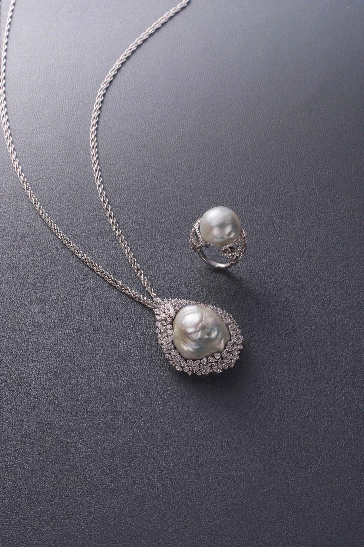 20mm珠の大きな真珠をバスケット状のアームが包み込むリングと、約27×32mmのサイズの真珠を、合計8.88ctのダイヤモンドがランダムに取り巻くペンダント。 リング K18ホワイトゴールド・白蝶真珠・ダイヤモンド。2,200,000円、ペンダント K18ホワイトゴールド・白蝶真珠・ダイヤモンド。12,000,000円 ともに税別