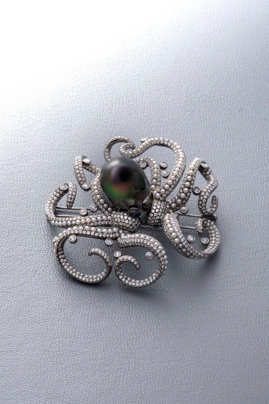 ブローチ:K18ホワイトゴールド・黒蝶真珠・淡水真珠・ダイヤモンド・サファイア、5,800,000円(税別)