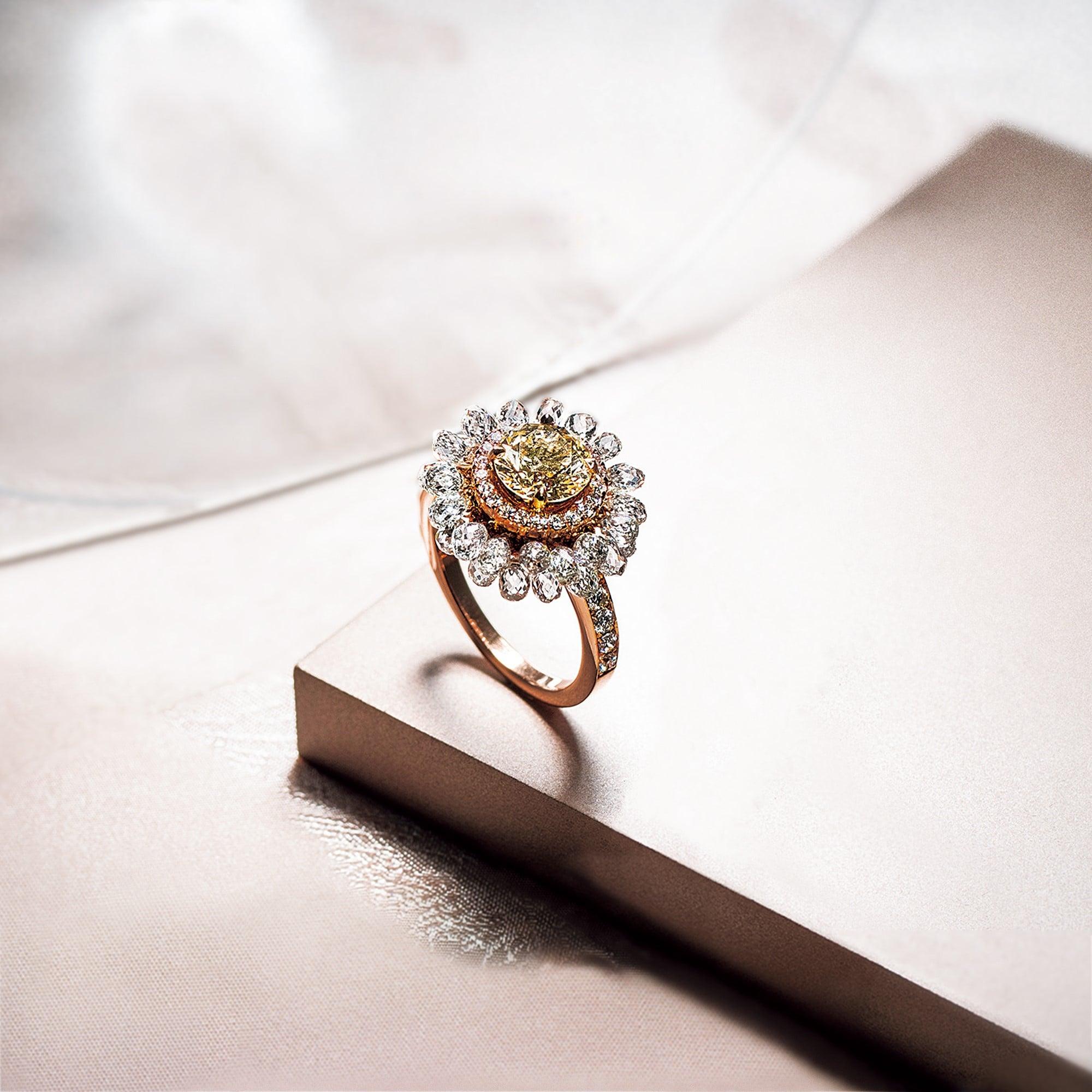 ブリオレットダイヤモンドが花びらのような可憐なリング。センターのラウンドブリリアントカットダイヤモンドは1.27ct、ブリオレットカットは4.06ct 。リング。K18ピンクゴールド・ダイヤモンド。5,060,000円 税込