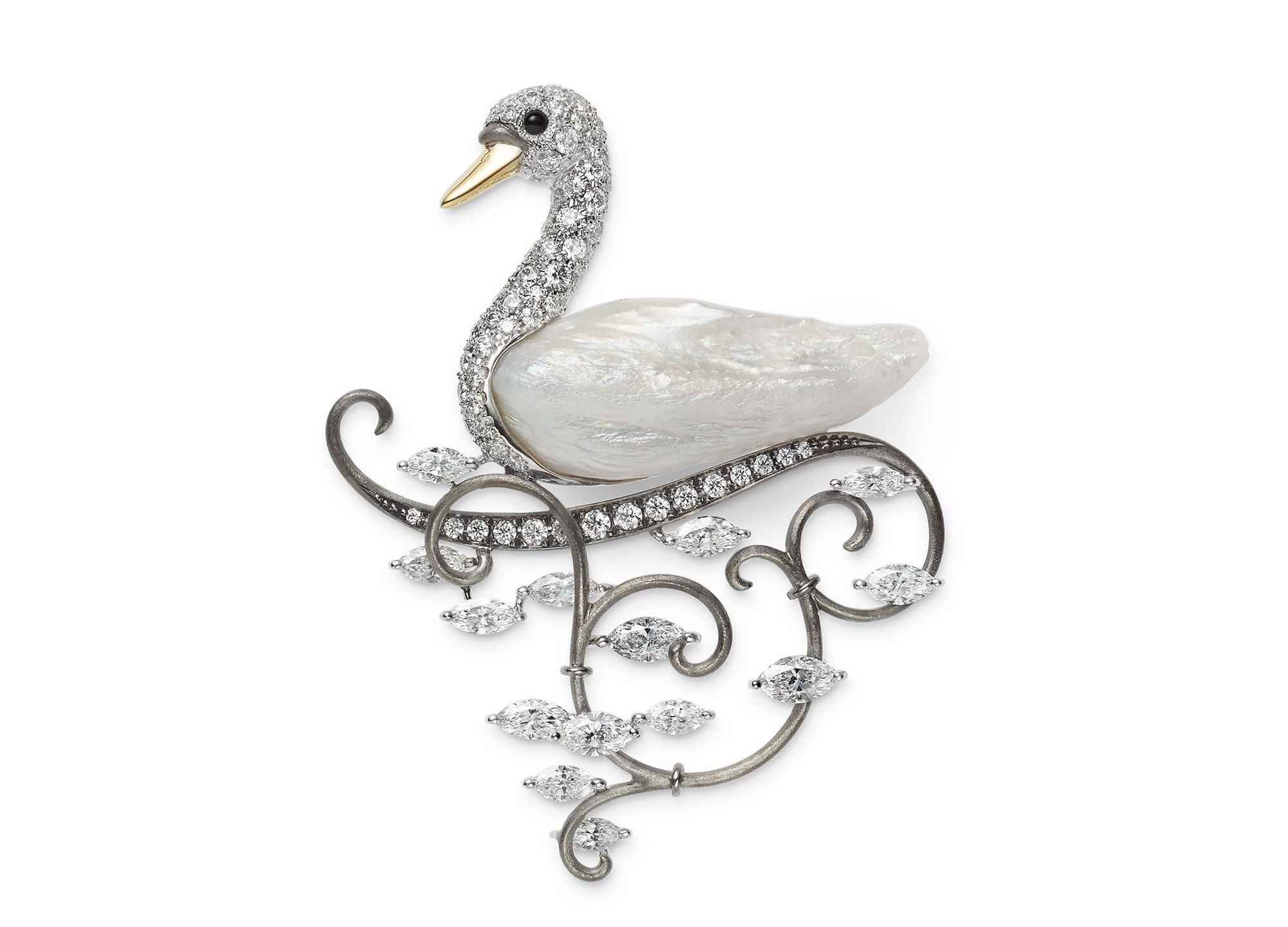 フェザーパールと呼ばれる天然淡水真珠のフォルムを生かした白鳥モチーフ。ダイヤモンドが日差しを受けて輝く湖の水面を想わせる。ブローチ。K18ホワイトゴールド・K18イエローゴールド・天然淡水真珠・オニキス・ダイヤモンド。4,100,000円 税別