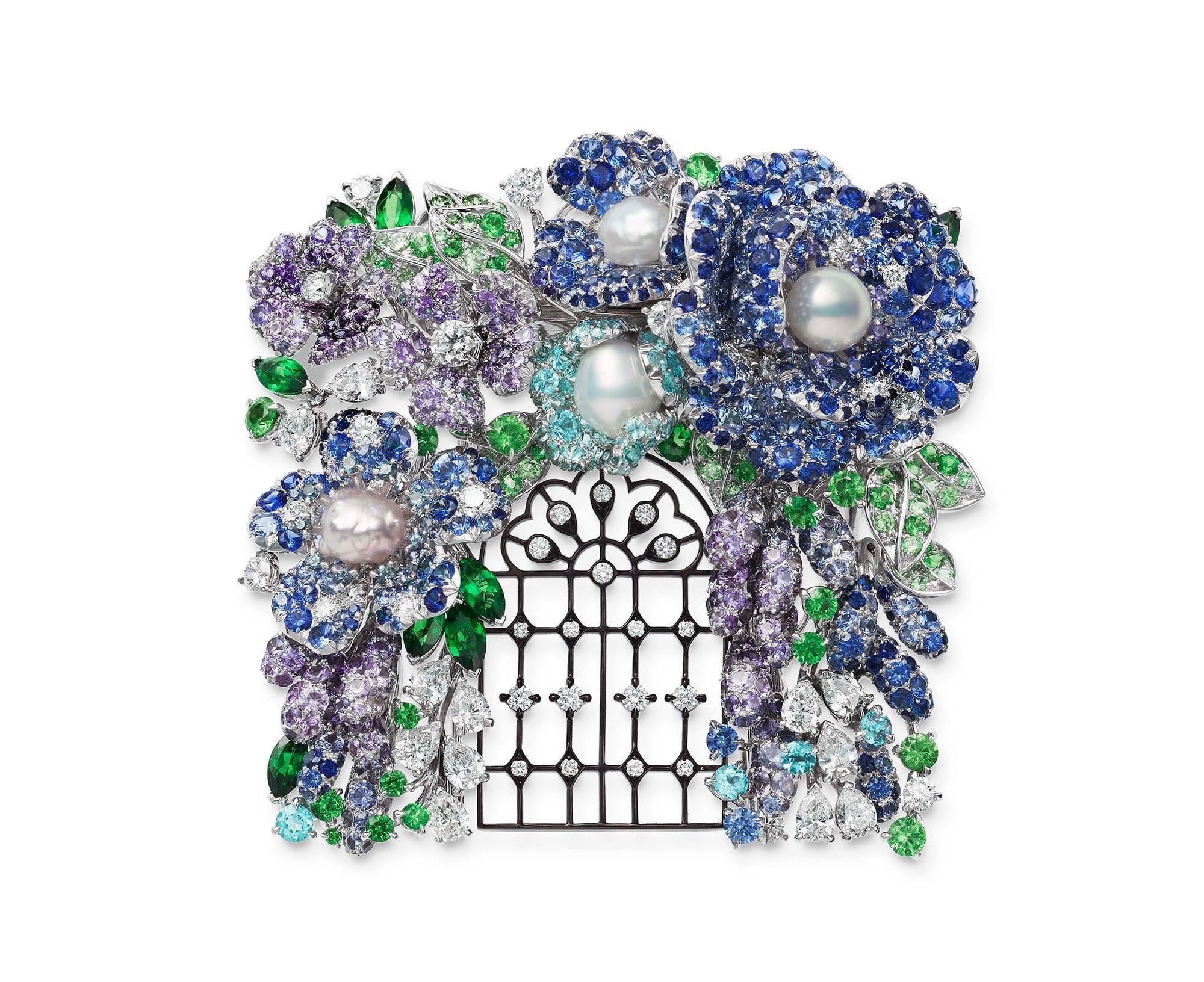 ブルー、ラベンダーの花いっぱいのロマンティックなフラワーアーチを描写して。 ブローチ。K18ホワイトゴールド・天然淡水真珠・サファイア・トルマリン・ガーネット・アレキサンドライト・ダイヤモンド。35,000,000円 税別