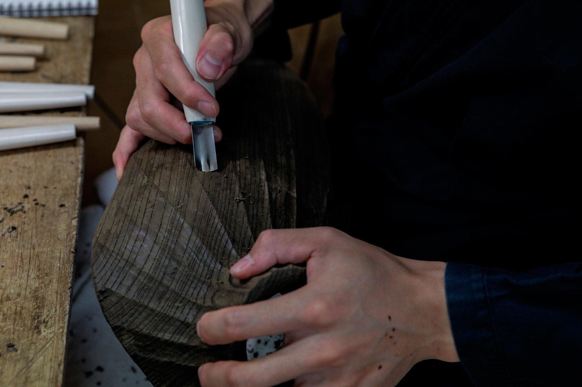 仏師に依頼し、神代杉などの銘木でジュエリーを飾るデコルテ部のトルソーを製作。 Photography by Ruriko Kusanagi