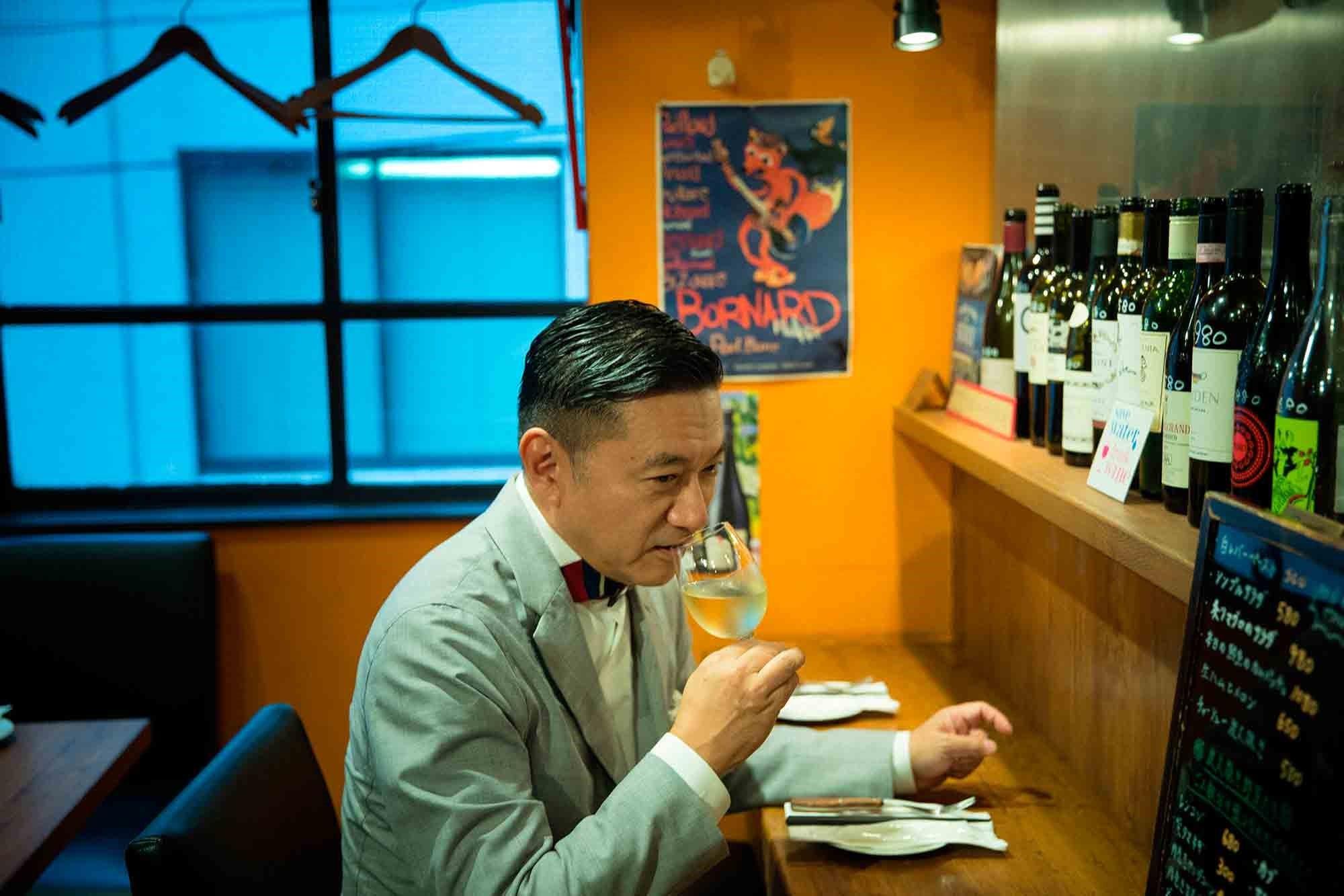 ワインと炭火焼きの店「ジジーノ」のカウンターで。ゴージャスな店は性に合わないから、銀座でもこじんまりした心地よい店に好んで通う。